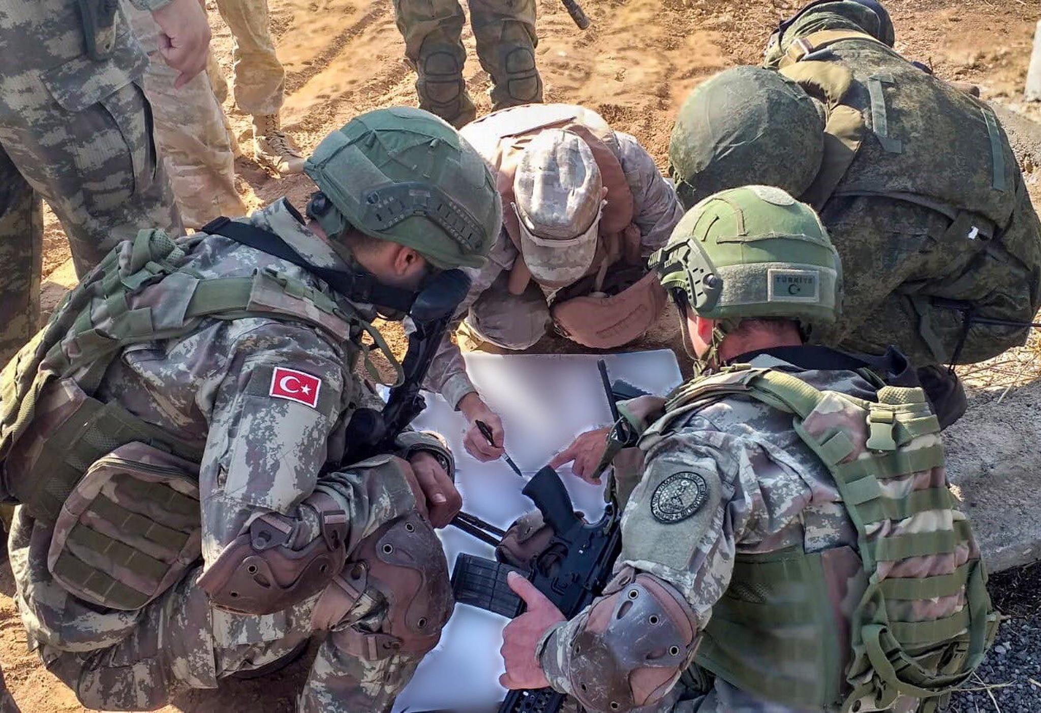 Północna Syria: wspólny patrol tureckich i rosyjskch żołnierzy, fot. Tureckie ministerstwo obrony