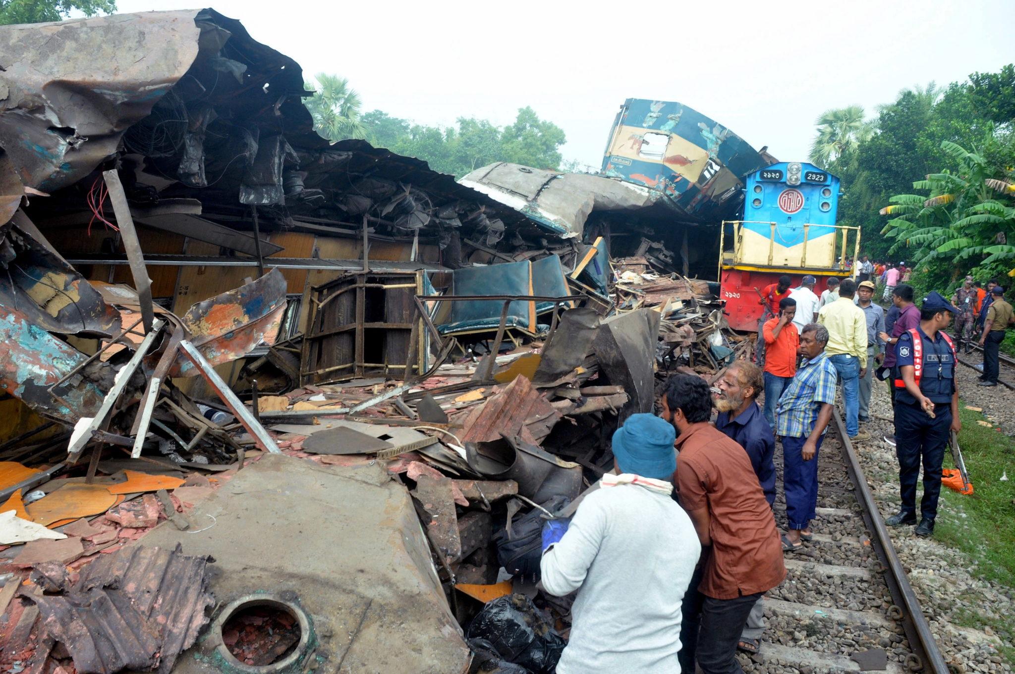 Bangladesz: katastrofa kolejowa. Rannych zostało ponad 100 osób, co najmniej 16 poniosło śmierć. fot.   EPA/STR