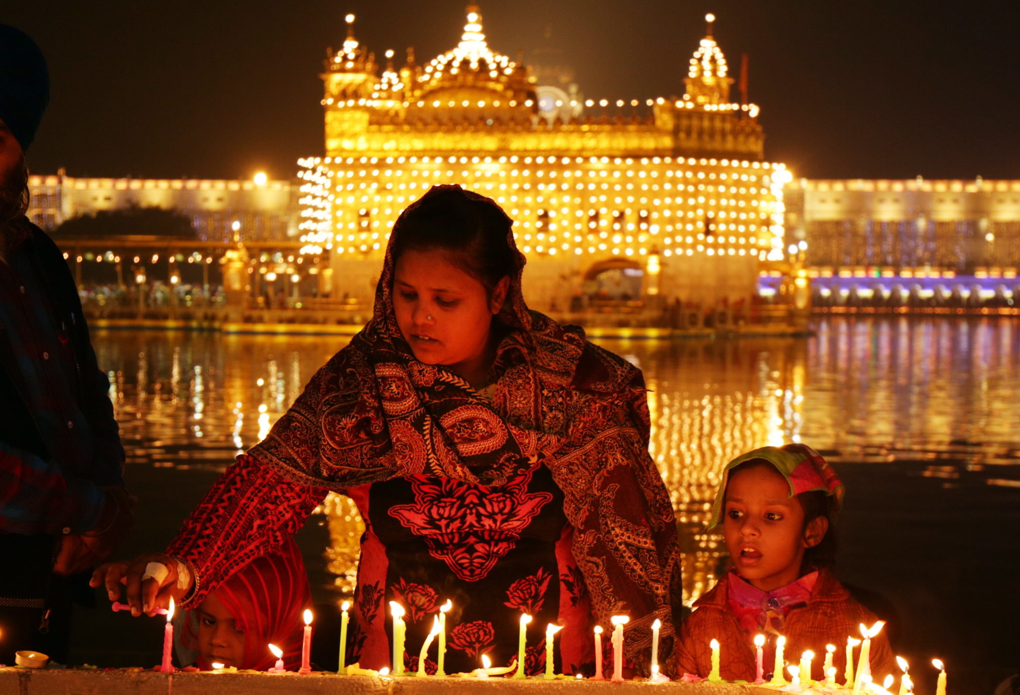 Iluminacja złotej świątyni w amritsar w Indiach z okazji 550 rocznicy narodzin guru Nanak Dev. fot. EPA/RAMINDER PAL SINGH