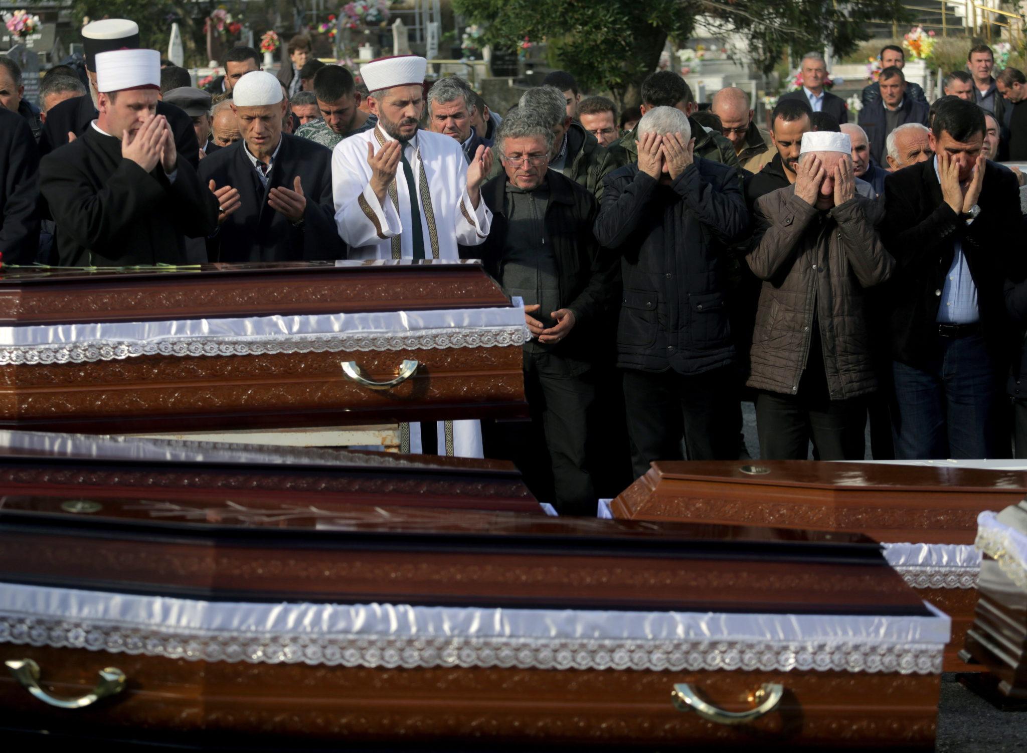 pogrzeb ofiar trzęsienia ziemi w Albanii. fot. EPA/MALTON DIBRA