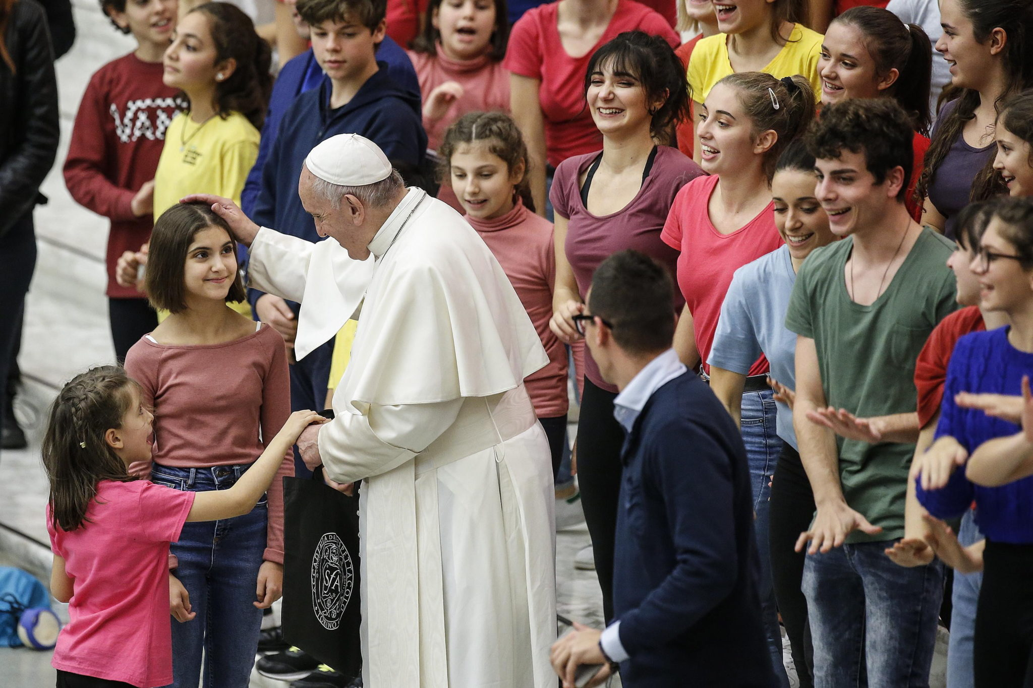 papiez franciszek przyjął podczas audiencji grupę dzieci, do których mówił o ekologii. fot. EPA/FABIO FRUSTACI