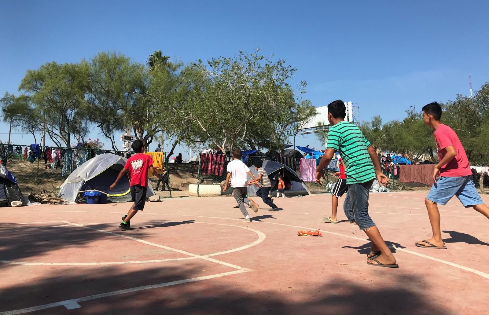Zabawa dzieci w Meksyku fot. EPA/Abraham Pineda Jácome