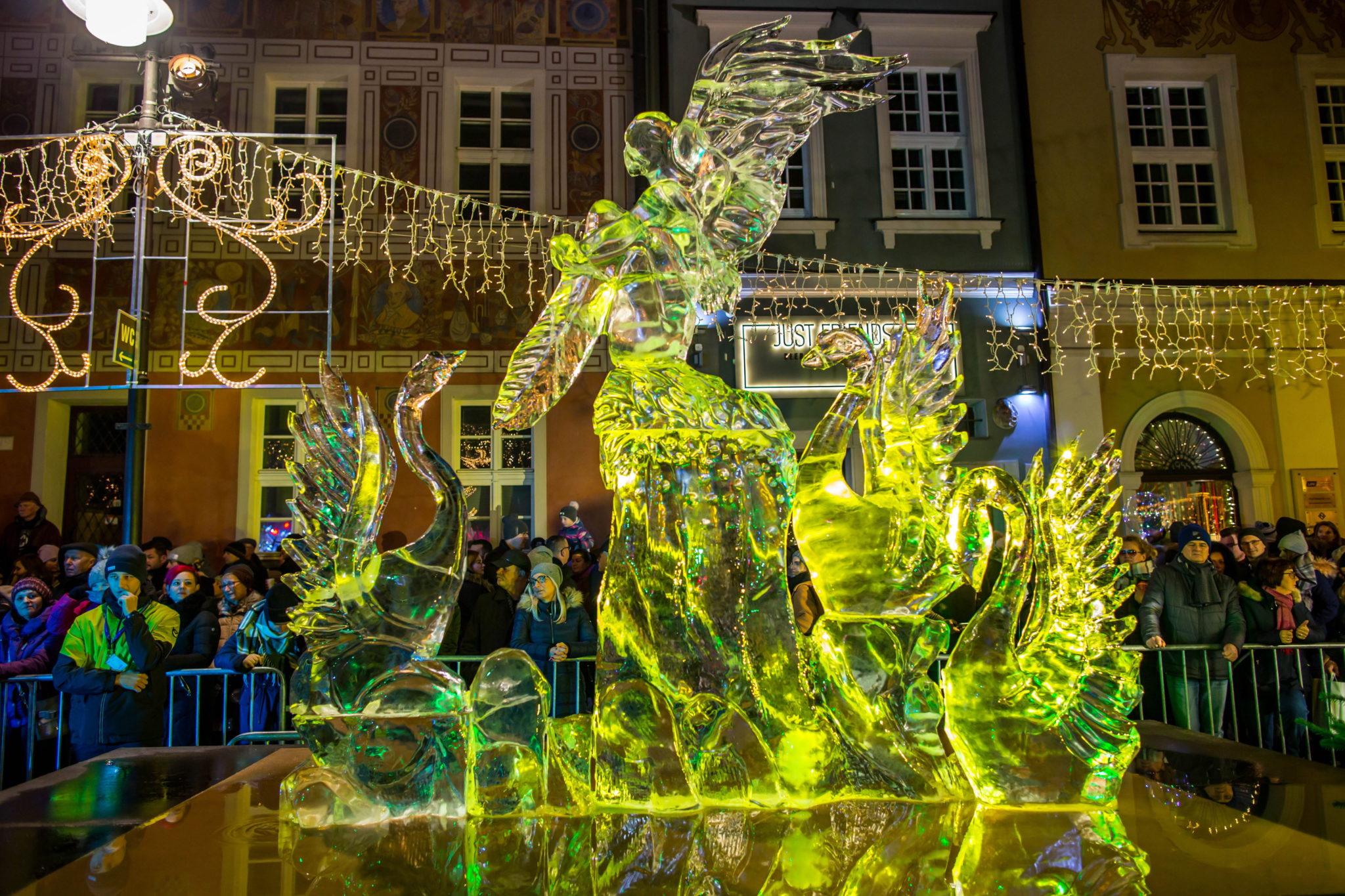 Rzeźby prezentowana na zakończenie konkursu głównego Ice Festivalu na Starym Rynku w Poznaniu, fot. PAP/Bartosz Jankowski