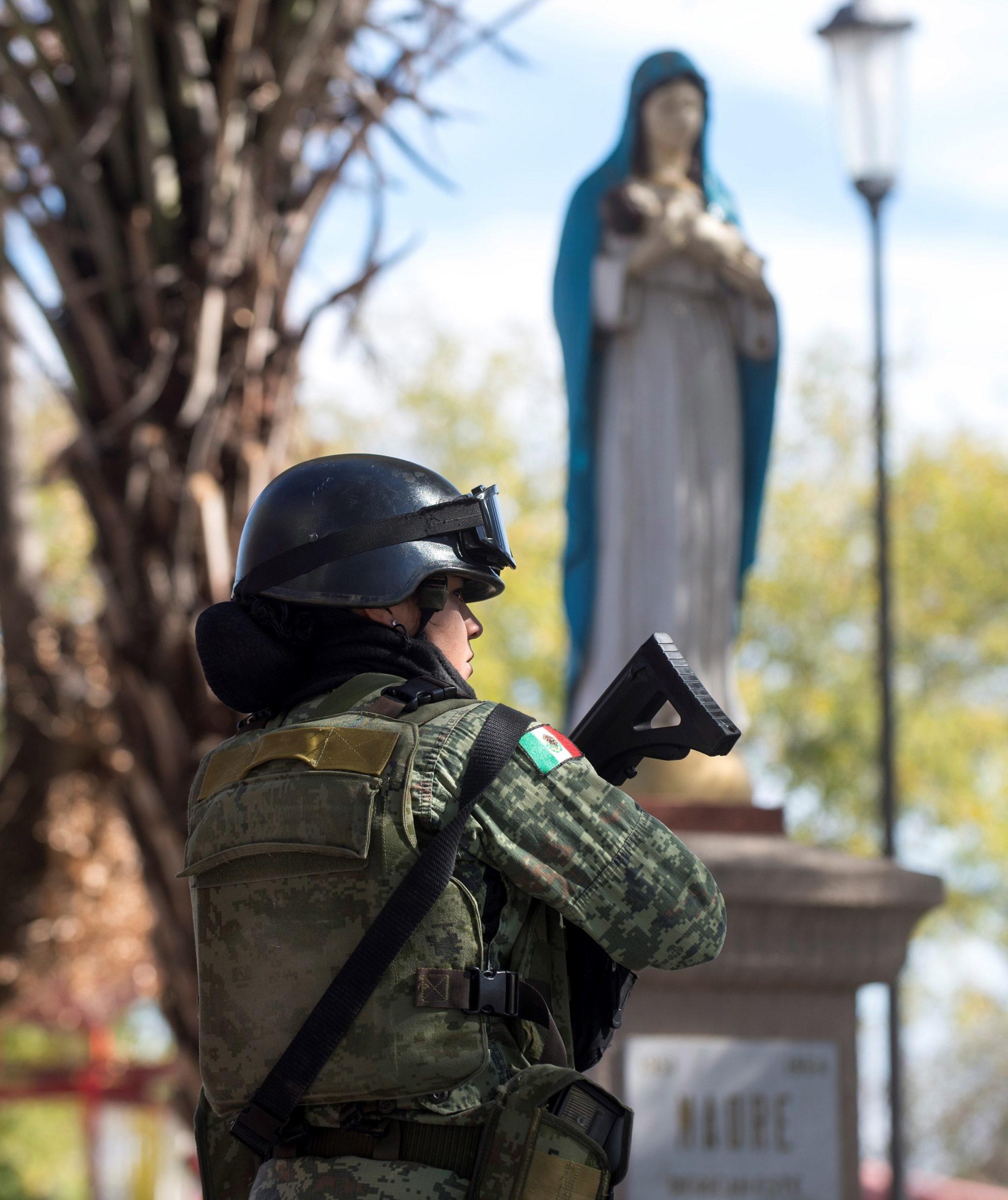 Wzmożone siły bezpieczeństwa po strzelaninie między policją a członkami mafii narkotykowej w Villa Union w Meksyku, fot. EPA/Miguel Sierra