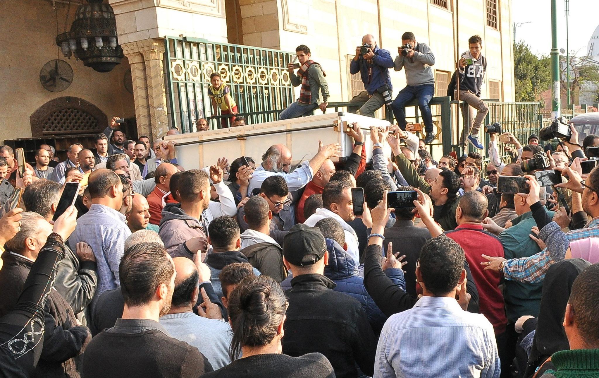 Pogrzeb egipskiego piosenkarza Shaabana Abdela-Rehima  w meczecie Al-Sayeda Nafeesah w Kairze. Artysta zmarł w szpitalu w Kairze. Był znany ze swoich popowych piosenek, często o tematyce społecznej i politycznej, fot. EPA/MOHAMOUD AHMED