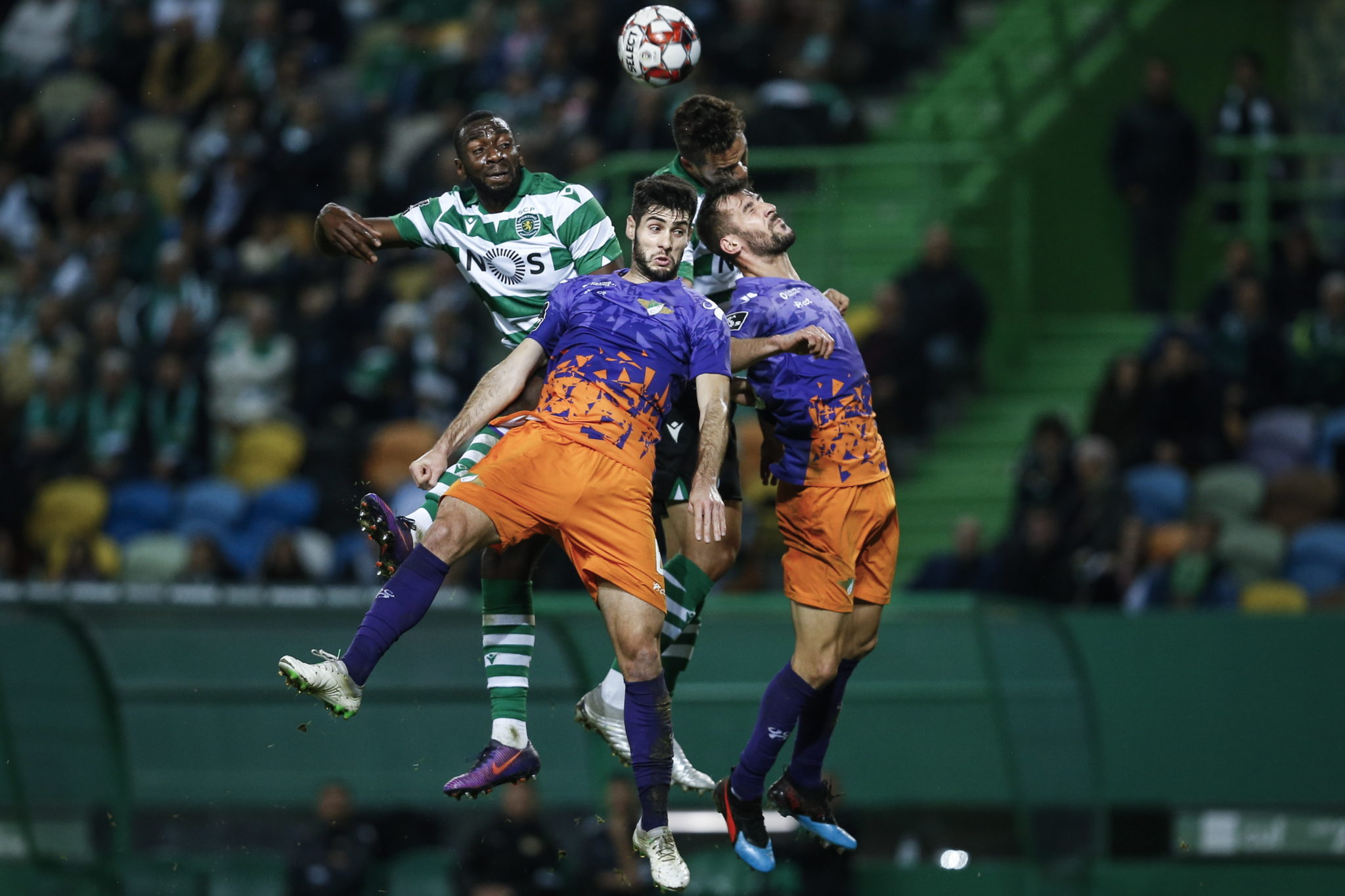 Akcja podczas meczu pierwszej ligi portugalskiej pomiędzy Sporting i Moreirense na stadionie Alvalade w Lizbonie, fot. EPA/RODRIGO ANTUNES