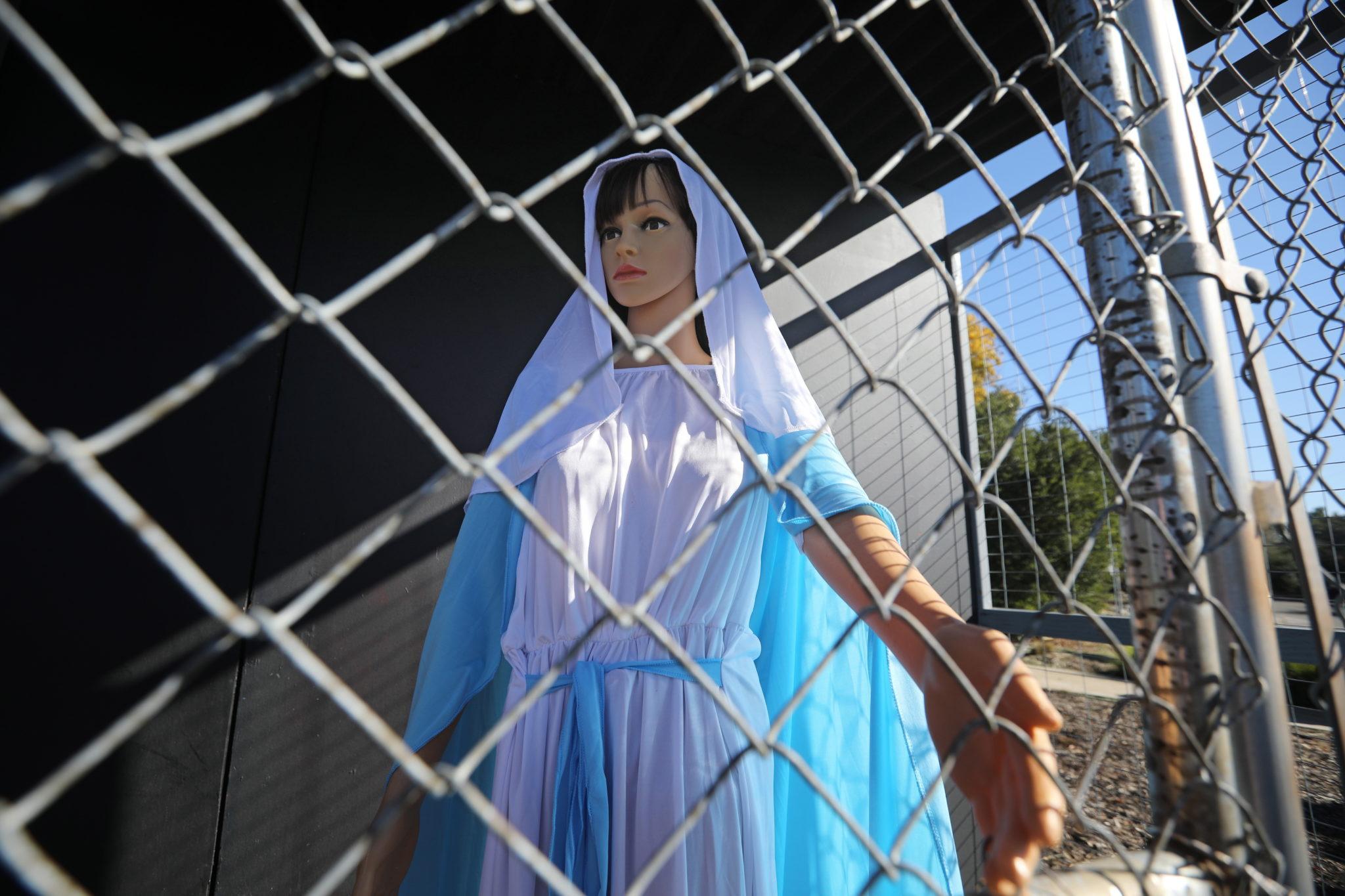 Klatka z figurą Maryi , Jezusa i Józefa - metodyści w Clermont na Florydzie przygotowali taką szopkę bożonarodzeniową, fot.  EPA/DAVID SWANSON