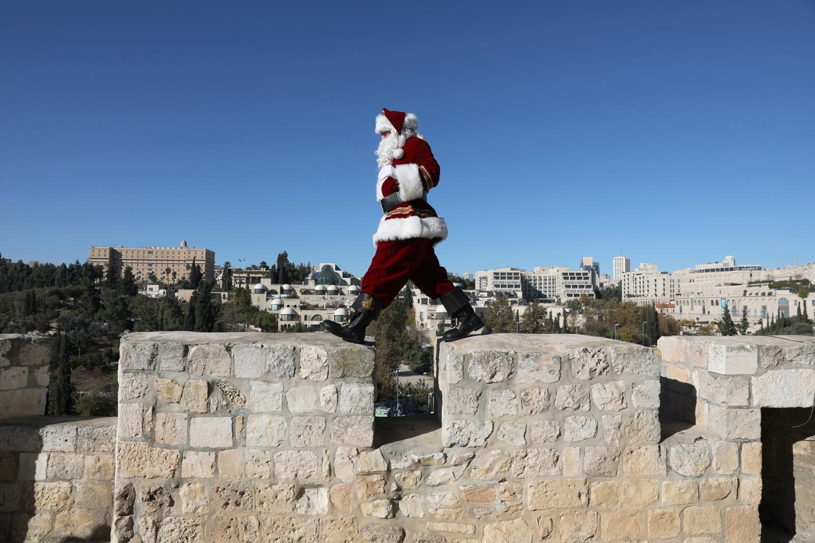Święty Mikołaj spaceruje w Izraelu  EPA/ABIR SULTAN