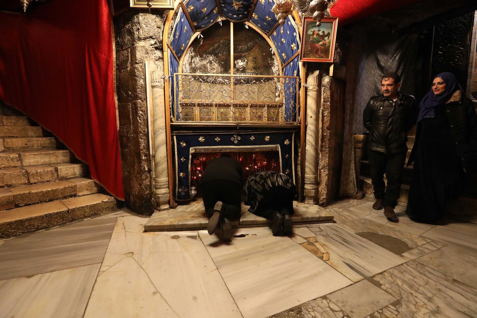 Pielgrzymi w Grocie Narodzenia w Betlejem  EPA/ABED AL HASHLAMOUN