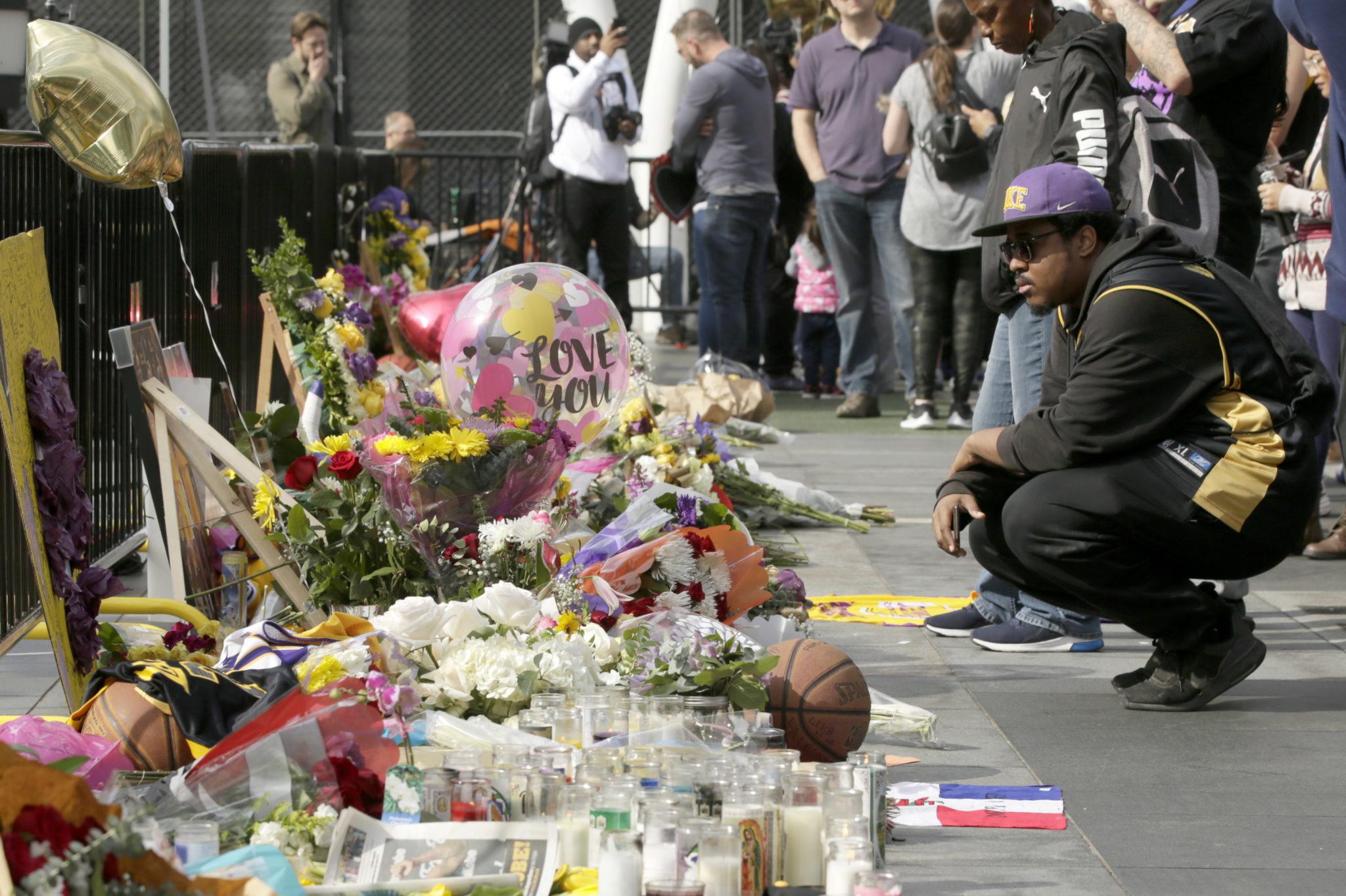 Los Angeles: ludzie żegnają koszykarza, znanego i cenionego sportowca Kobe Bryanta, fot.  EPA/ALEX GALLARDO
