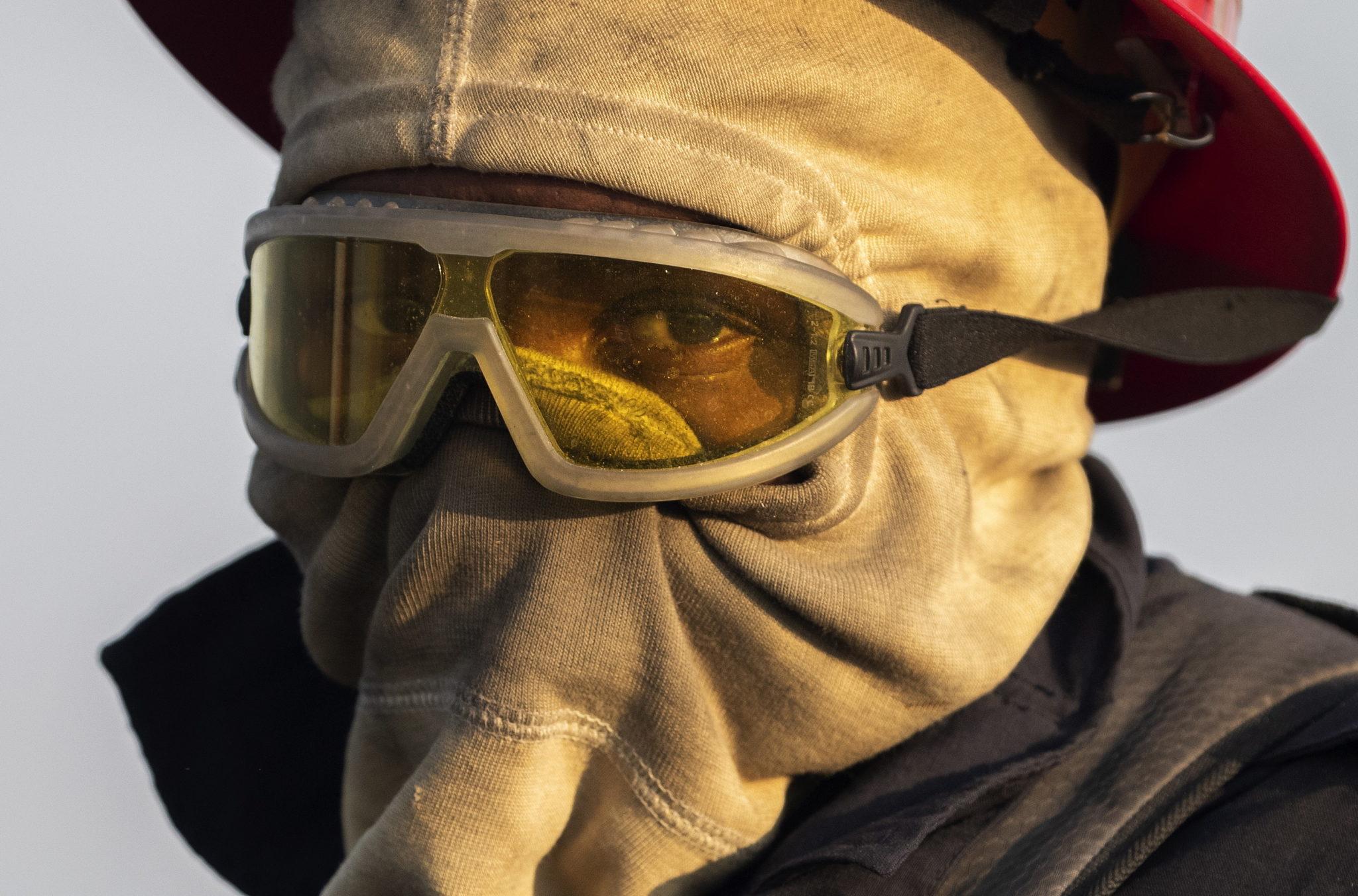 Strażacy walczą z ogniem w Republice Południowej Afryki. Upały, suche i wietrzne warunki spowodowały dużą liczbę pożarów, fot.  EPA/NIC BOTHMA