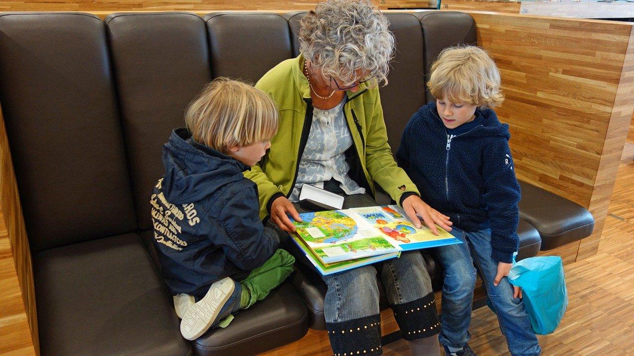 babcia wnuki czytanie książka