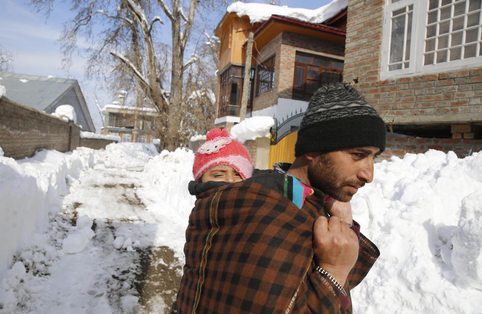 Zaspy śnieżne w Indiach   EPA/FAROOQ KHAN