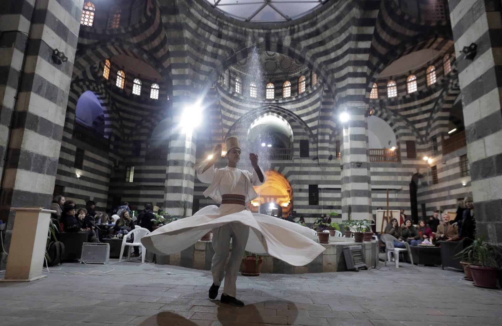 Tradycyjny damasceński taniec fot. EPA/YOUSSEF BADAWI