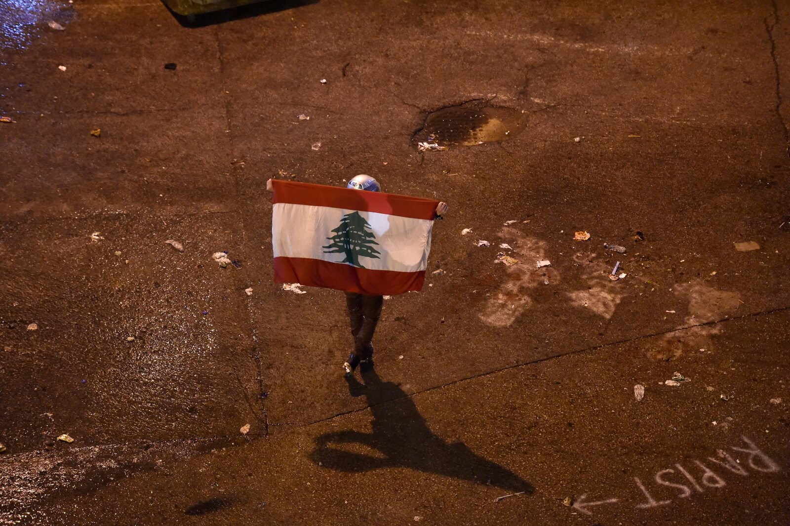 Protesty w Beirucie fot. EPA/WAEL HAMZEH