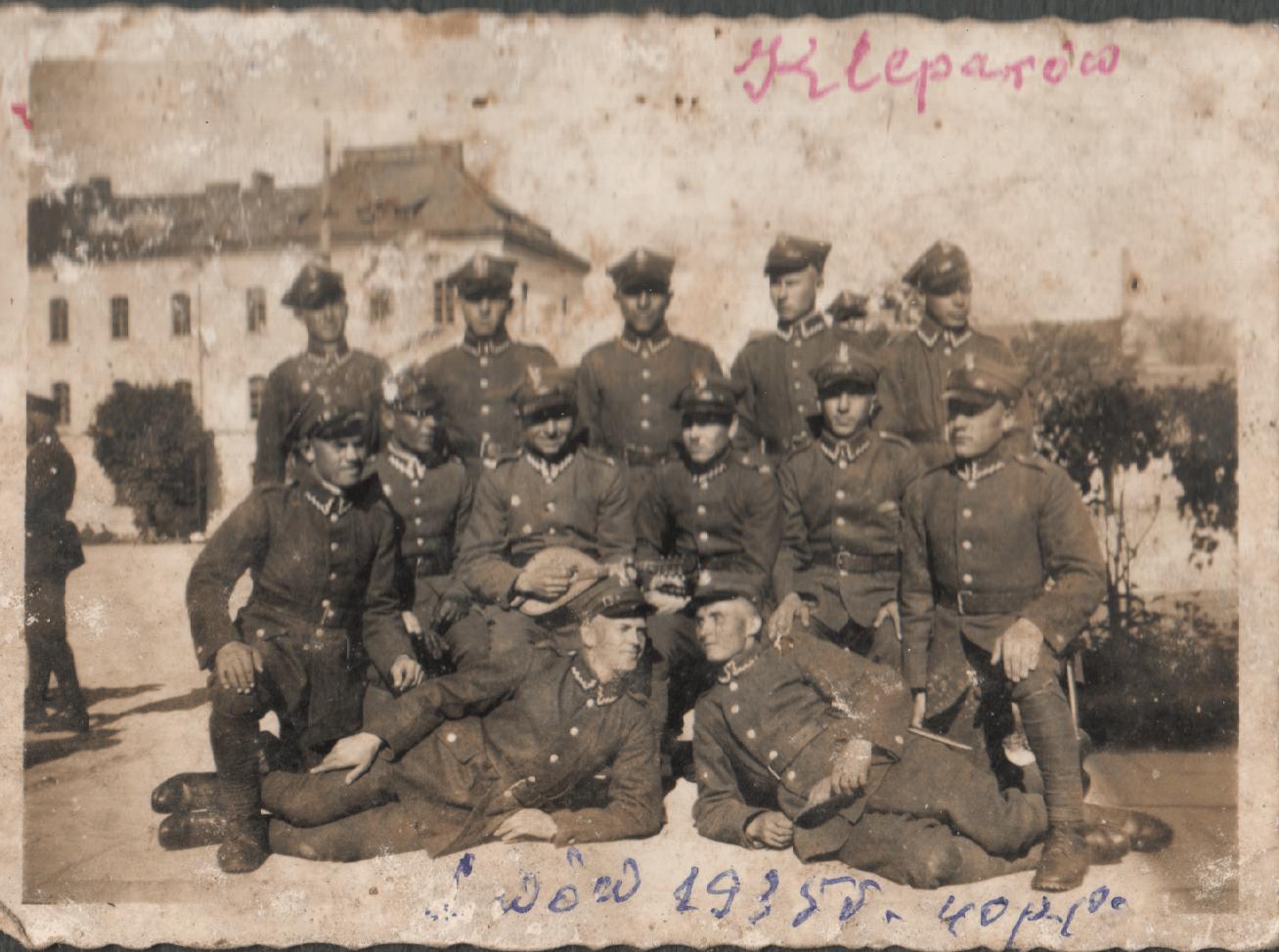 Zdjęcie pamiątkowe żołnierzy 40 pp w dzielnicy Lwowa Kleparów.
