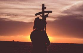 dziewczyna krzyż