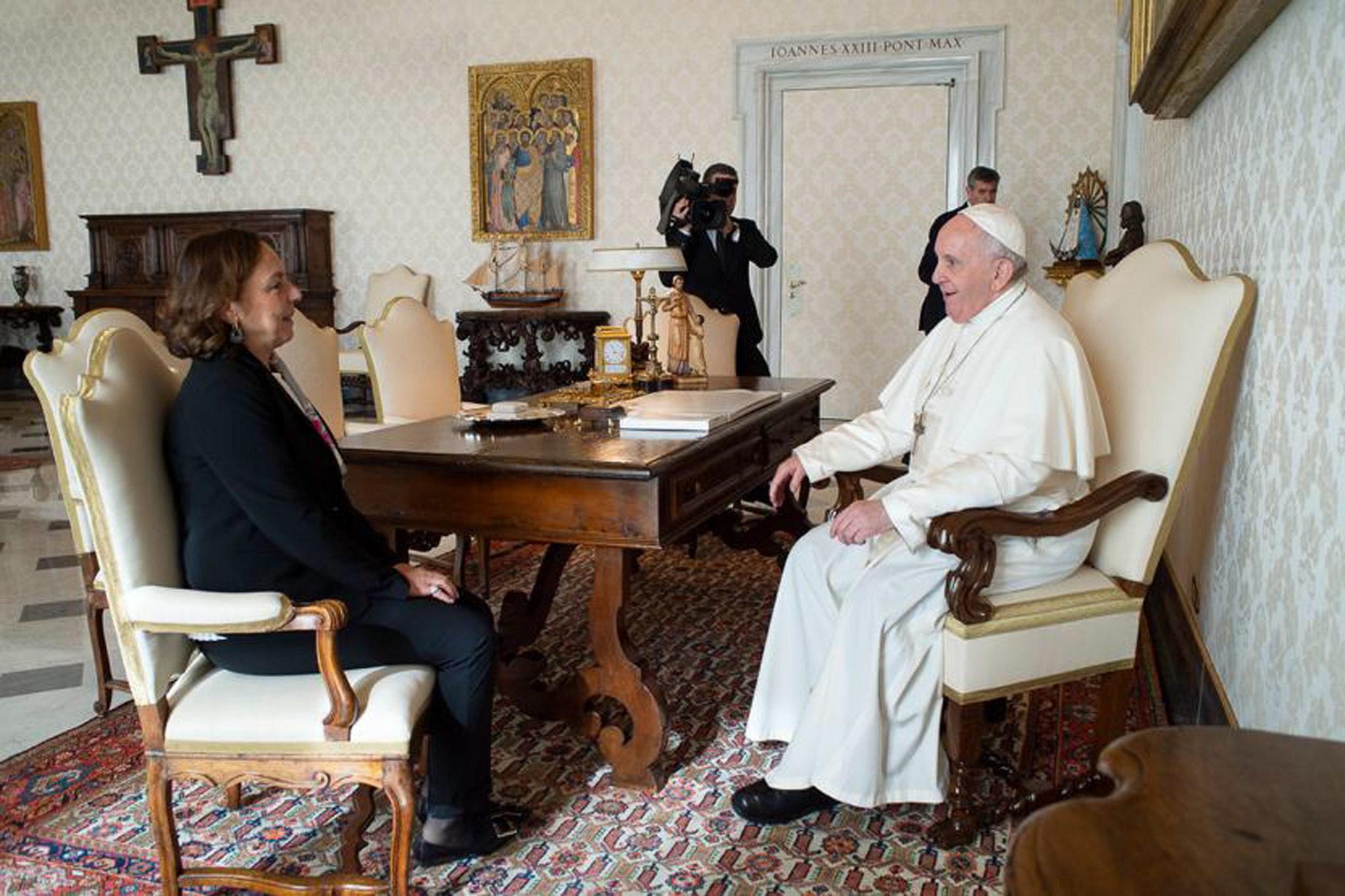 Franciszek z z włoską minister spraw wewnętrznych Lucianą Lamorgese. Fot. EPA/ITALIAN INTERIOR MINISTRY