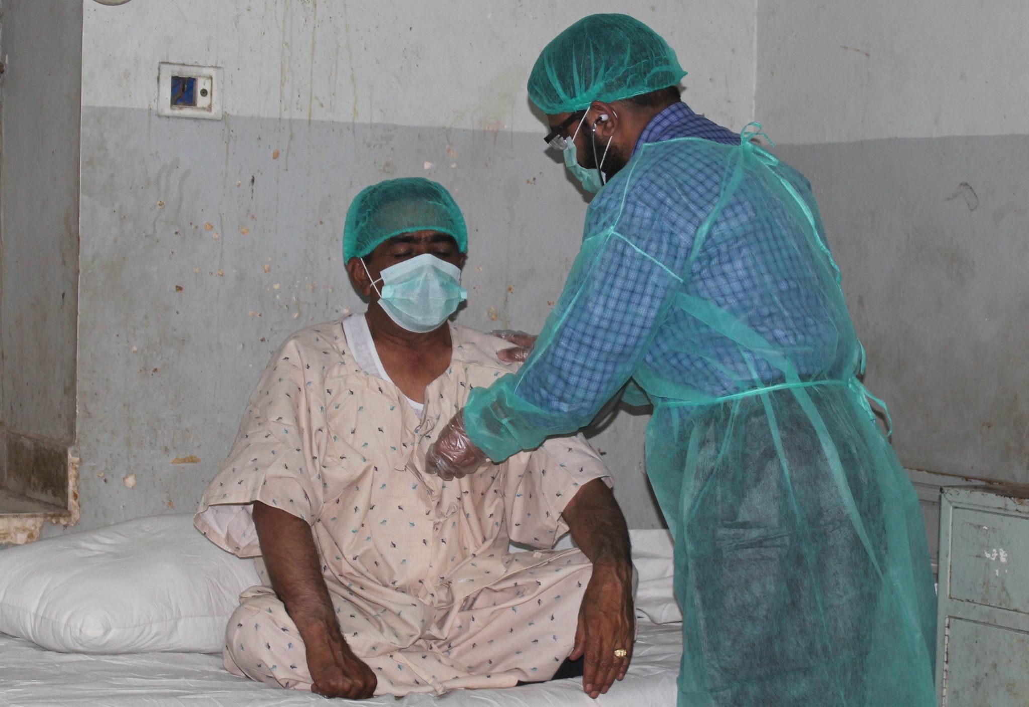 Pacjenci z podejrzeniem koronawirusa w Pakistanie. Fot. EPA/NADEEM KHAWER
