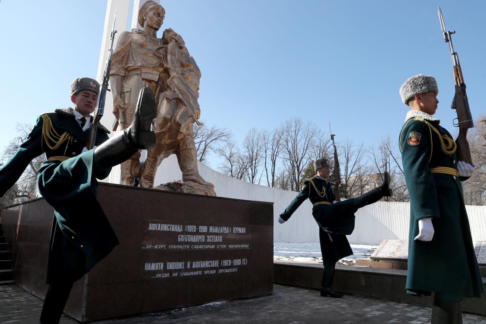 Uroczysta zmiana warty w Afganistanie. Kraj świętuje rocznicę opuszczenia go przez wojska sowieckie. fot. EPA/IGOR KOVALENKO