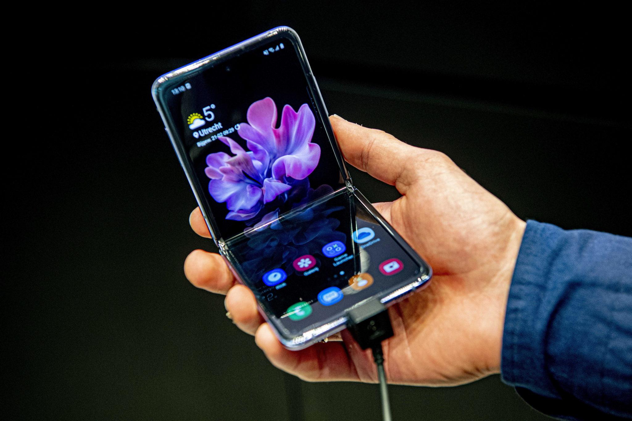 Prezentacja ultraalekkiego, elastycznego telefonu Samsung w Holandii. fot. EPA/ROBIN UTRECHT