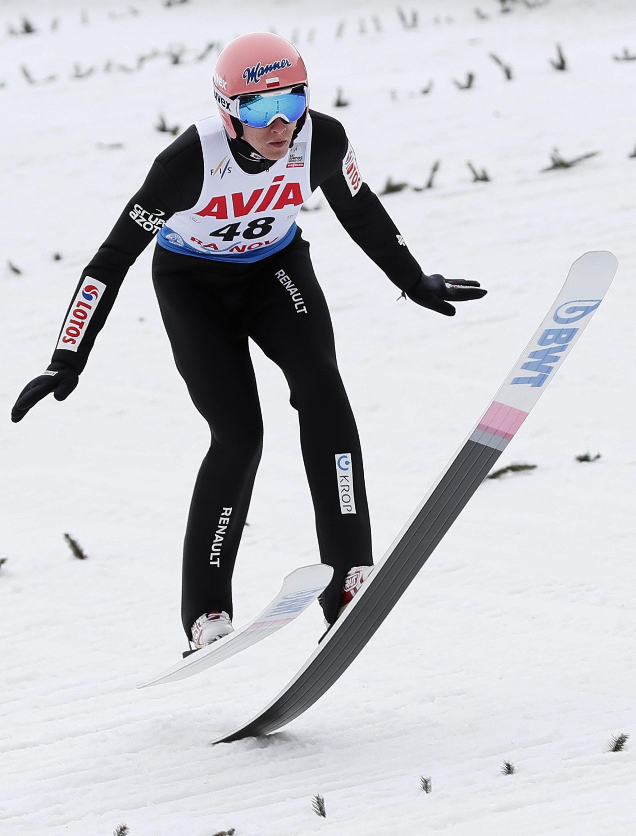 Dawid kubacki lądujący po skoku w konkursie  Pucharu Świata w Rumunii. fot. EPA/ROBERT GHEMENT