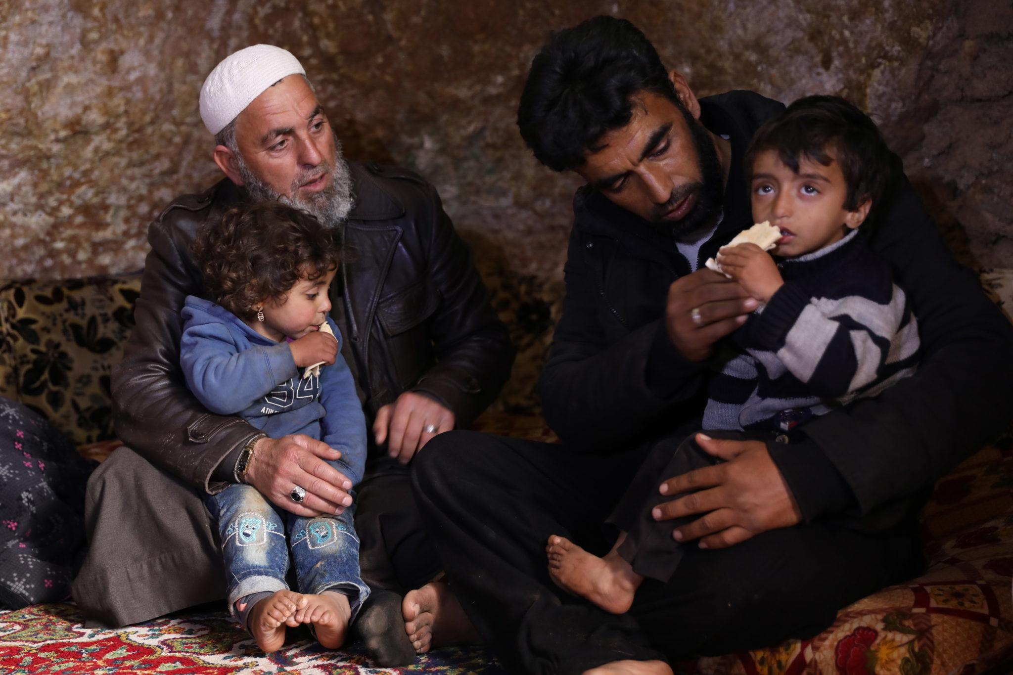 Grupa Syryjczyków, zmuszona opuścić aleppo szuka schronienia w jaskini. fot. EPA/YAHYA NEMAH  .