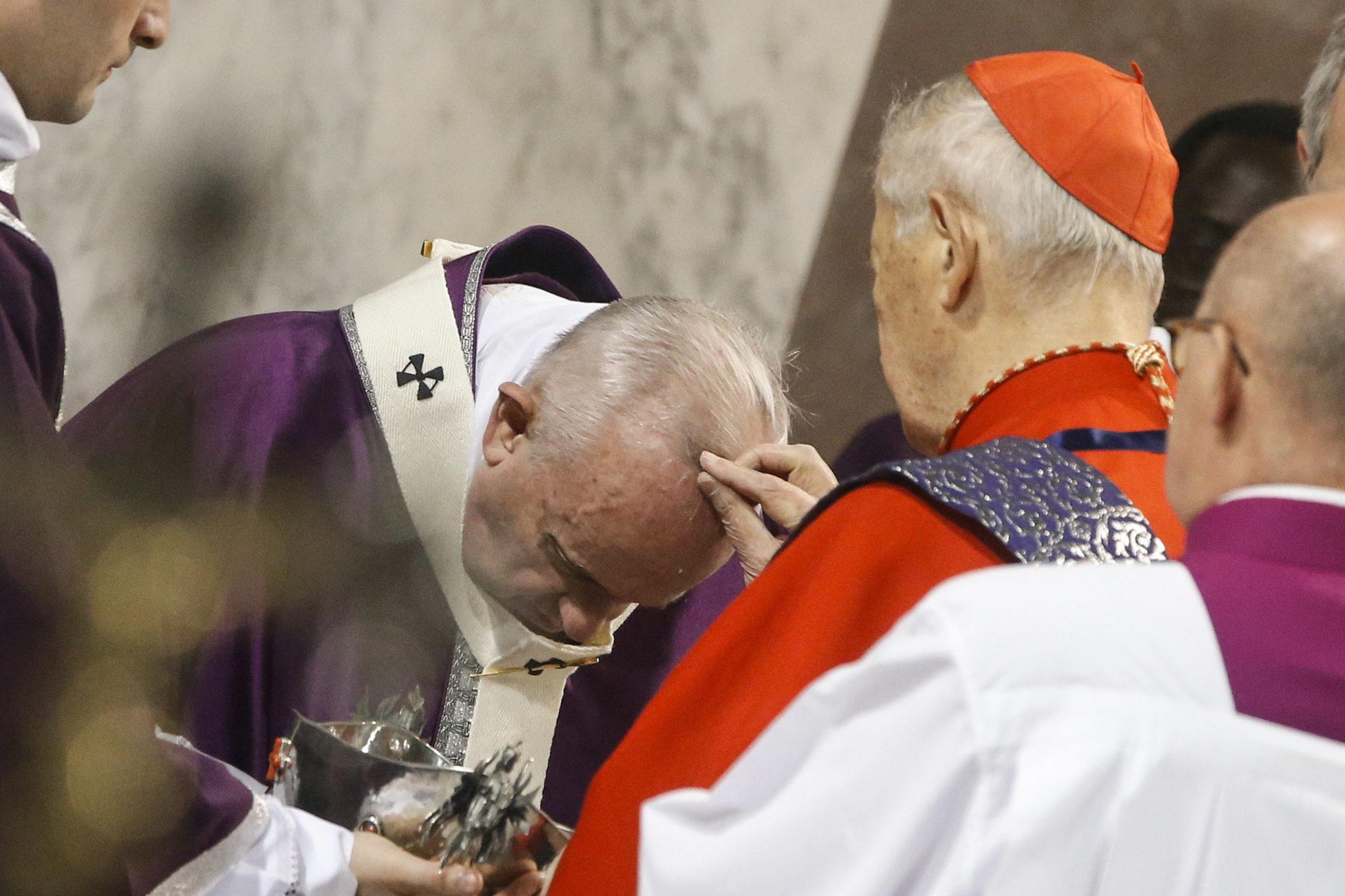 Papież przyjmuje popiół, celebrując obchody środy popielcowej w rzymie. fot. EPA/FABIO FRUSTACI