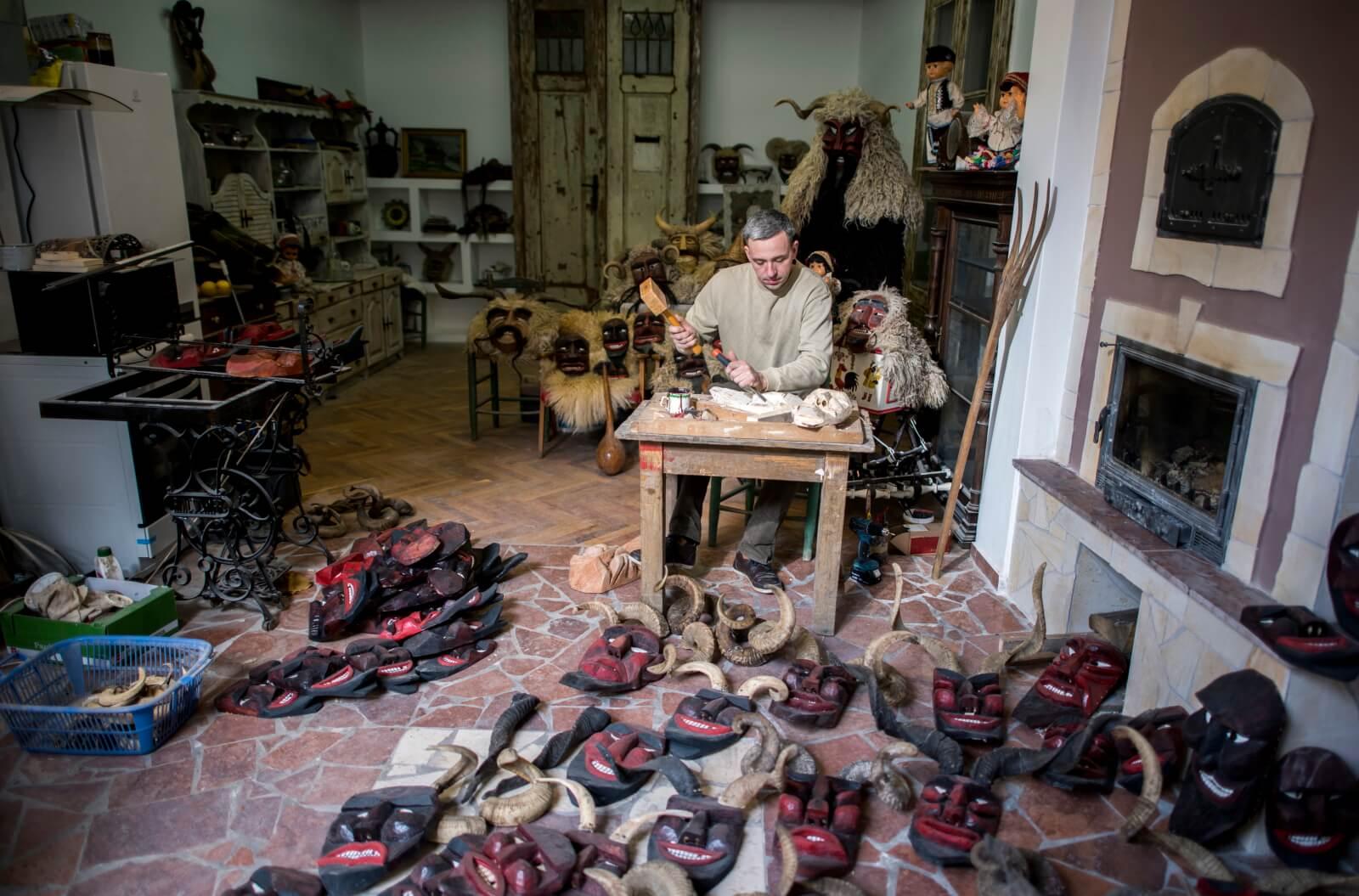 Przygotowania do karnawału Busho na Węgrzech fot. EPA/Tamas Soki