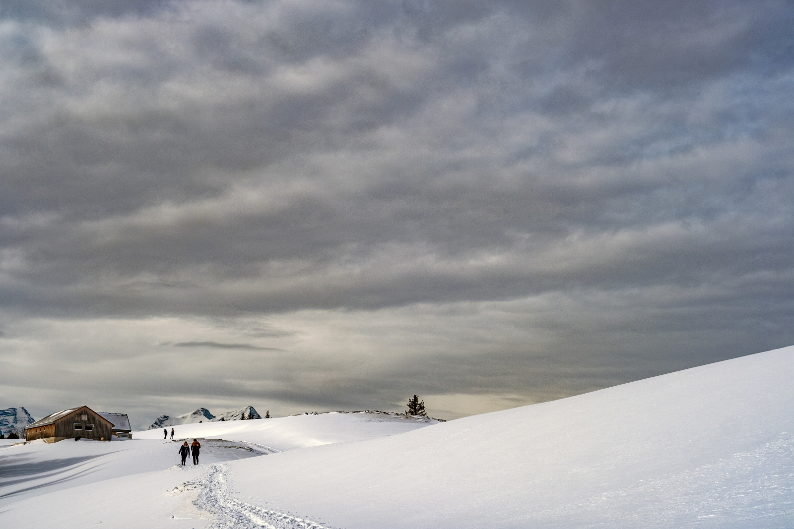 Spacer ludzi w śnieżnej Szwajcarii fot. EPA/WALTER BIERI