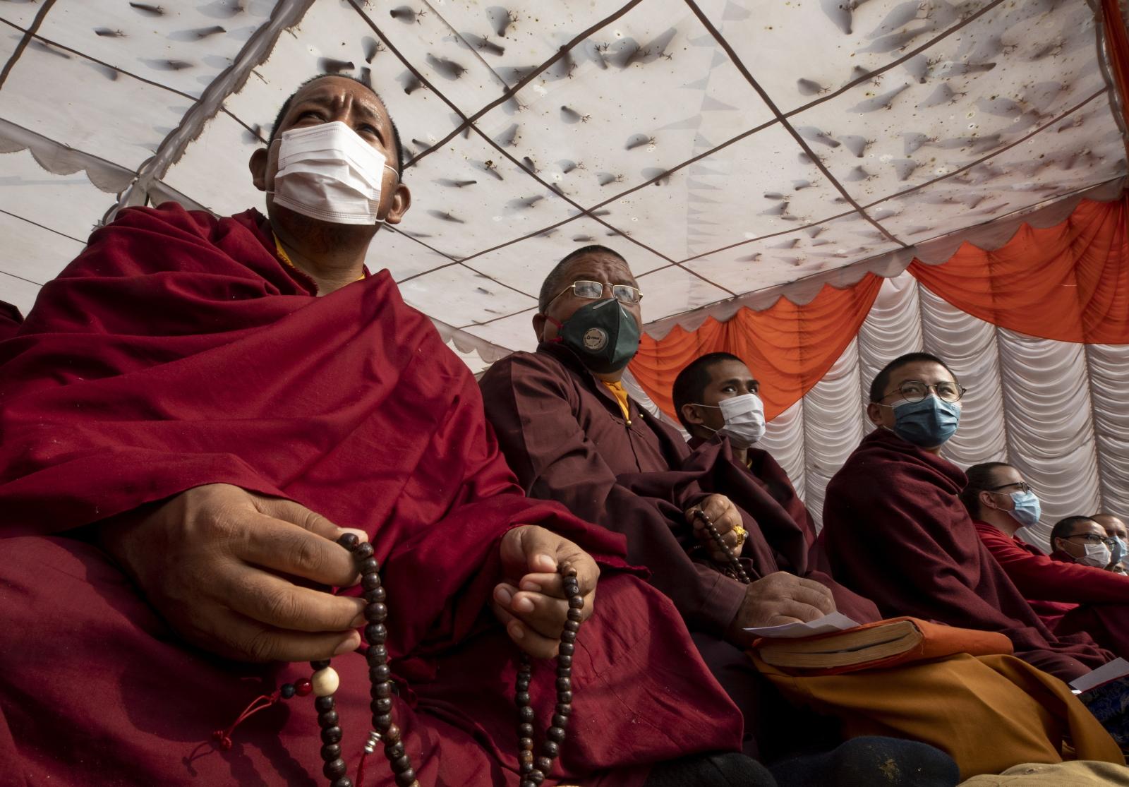 Buddyjscy mnisi z maseczkami, chorniąc się przed koronowirusem. Fot. EPA/NARENDRA SHRESTHA