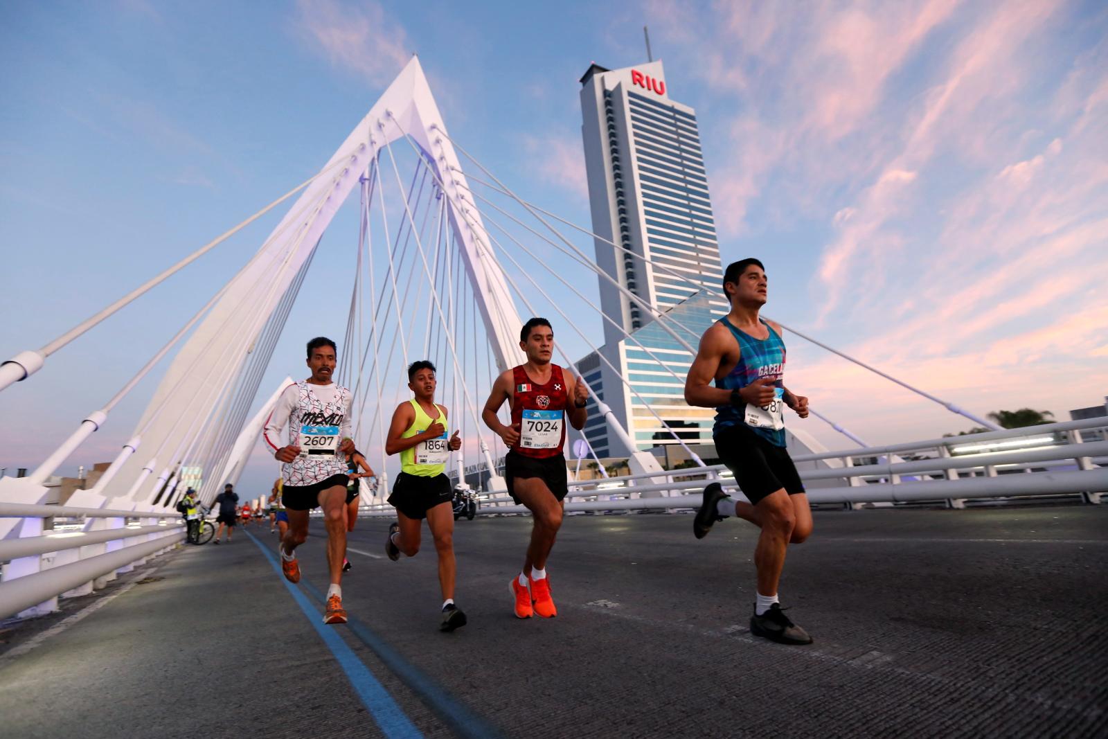Pół-maraton na ulicach Meksyku. Fot. EPA/Francisco Guasco
