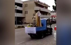 Ksiądz we Włoszech błogosławi ludzi na kwarantannie
