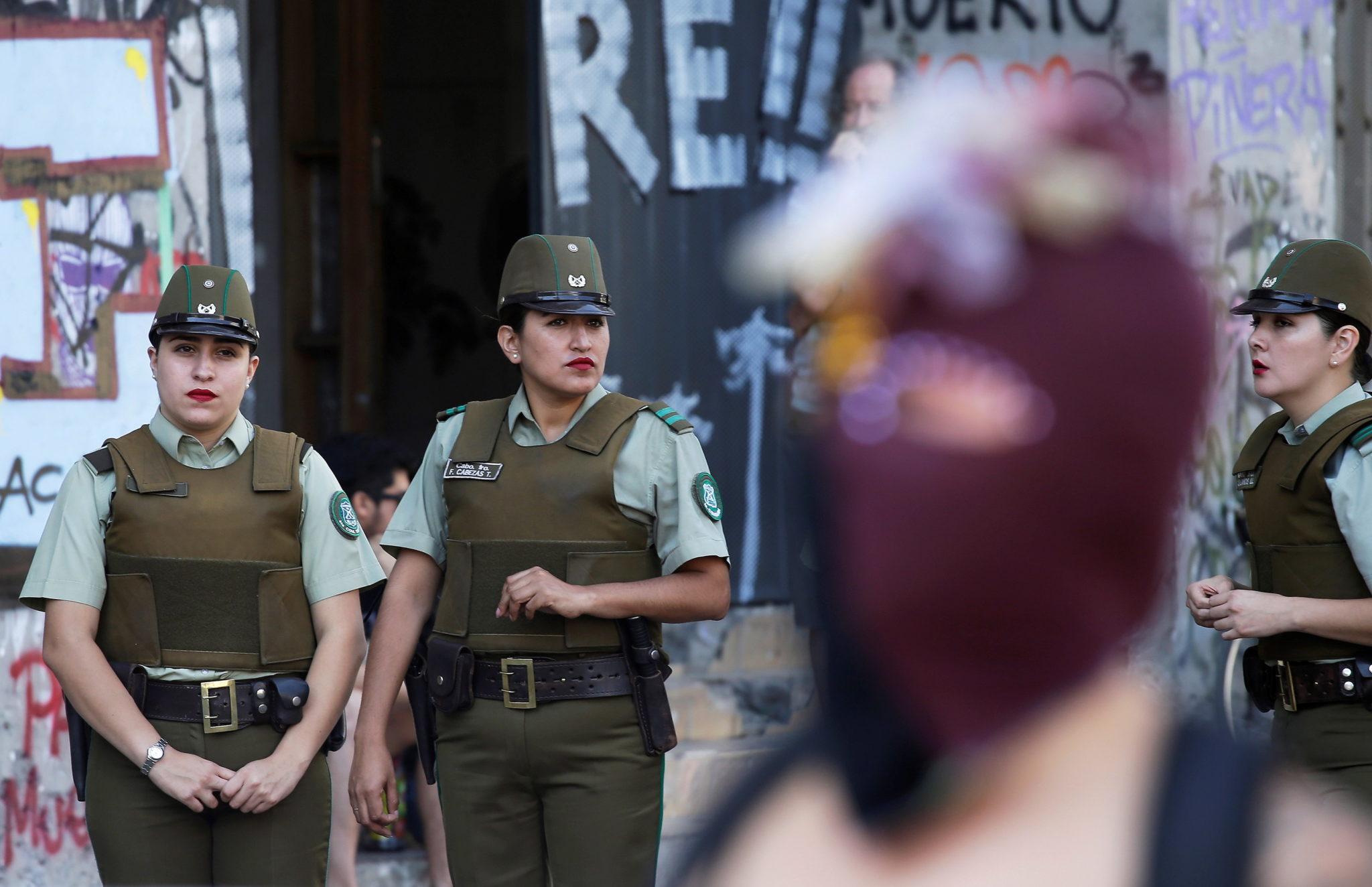Santiago, Chile: policjanci (w tym policjantki) pilnują bezpieczeństwa marszów zorganizowanych z okazji Międzynarodowego Dnia Kobiet, fot. EPA/Alberto Valdes