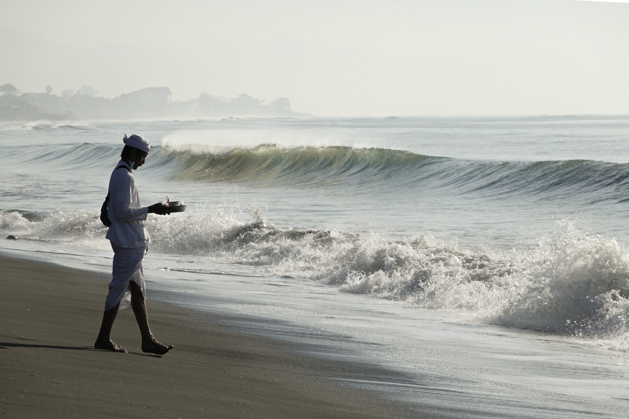 hinduska Ceremonia oczyszczenia zwana 'Melasti' na plaży w Bali. fot. EPA/MADE NAGI
