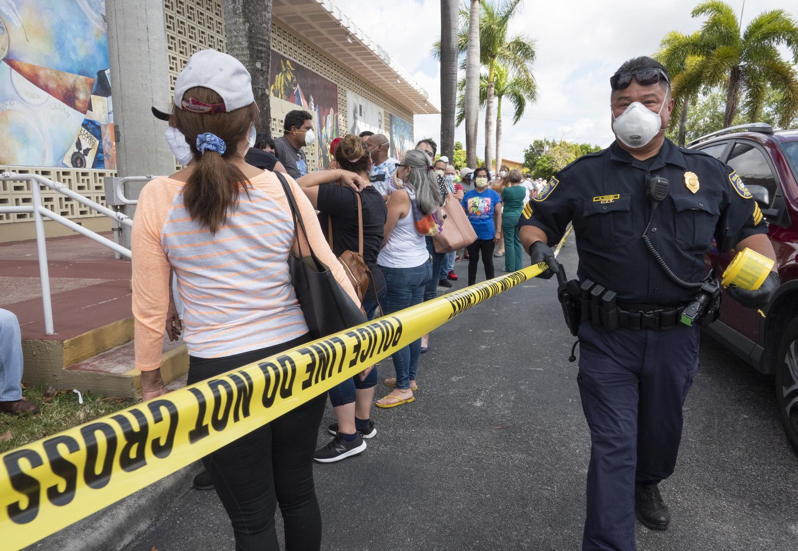 W USA z powodu koronawirusa pracę straciło wielu ludzi. Fot. EPA/CRISTOBAL HERRERA