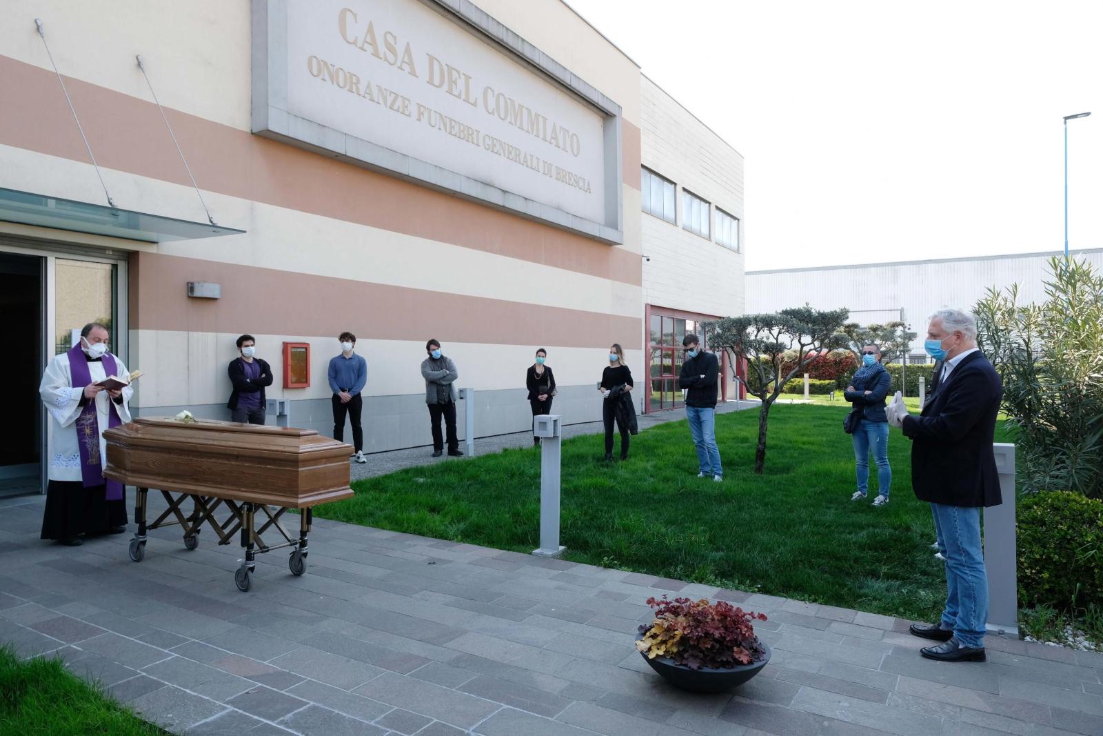 Pogrzeb ofiary koronawirusa we Włoszech. Fot. Andrea Bocelli