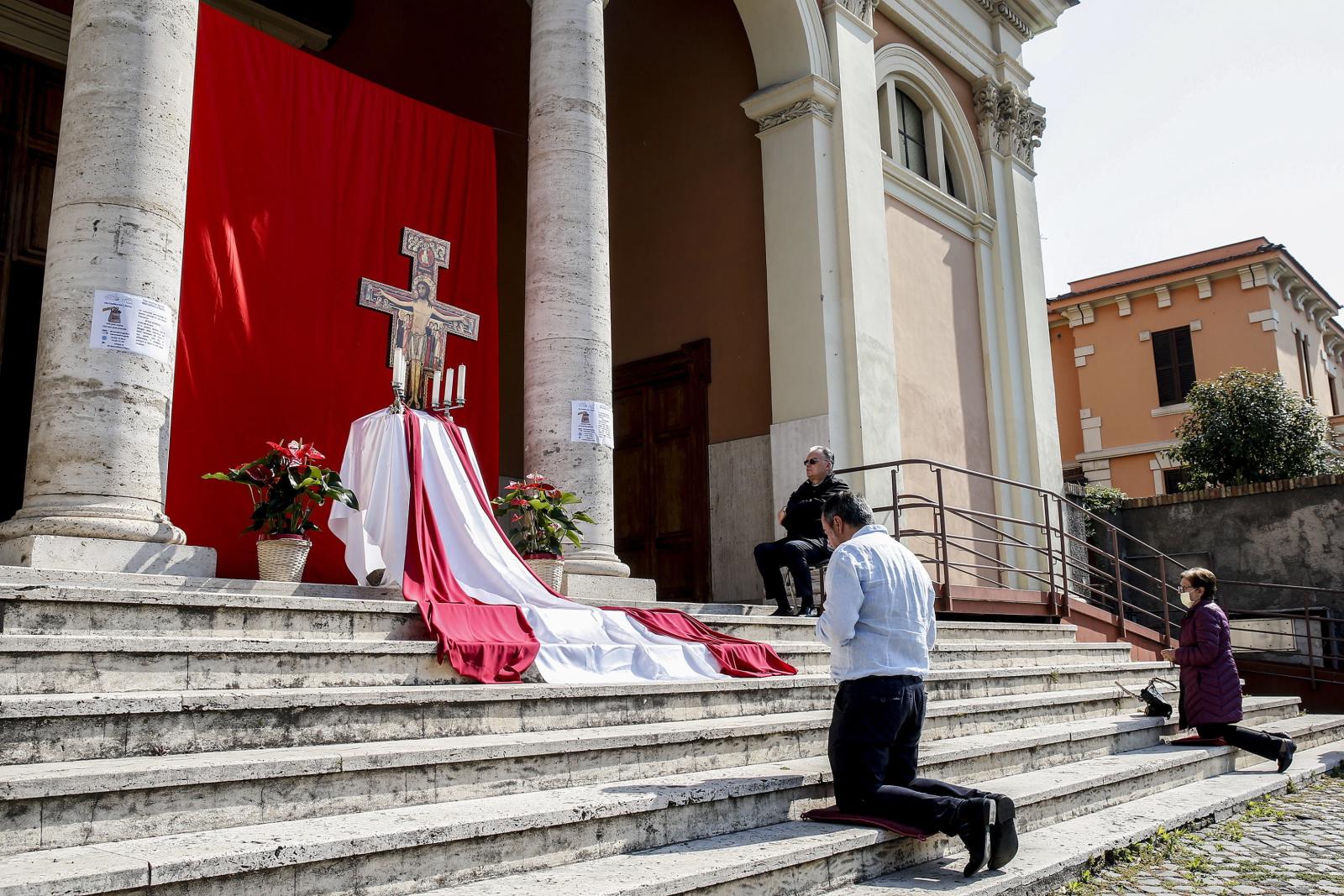 Adoracja we WłoszechEPA/FABIO FRUSTACI
