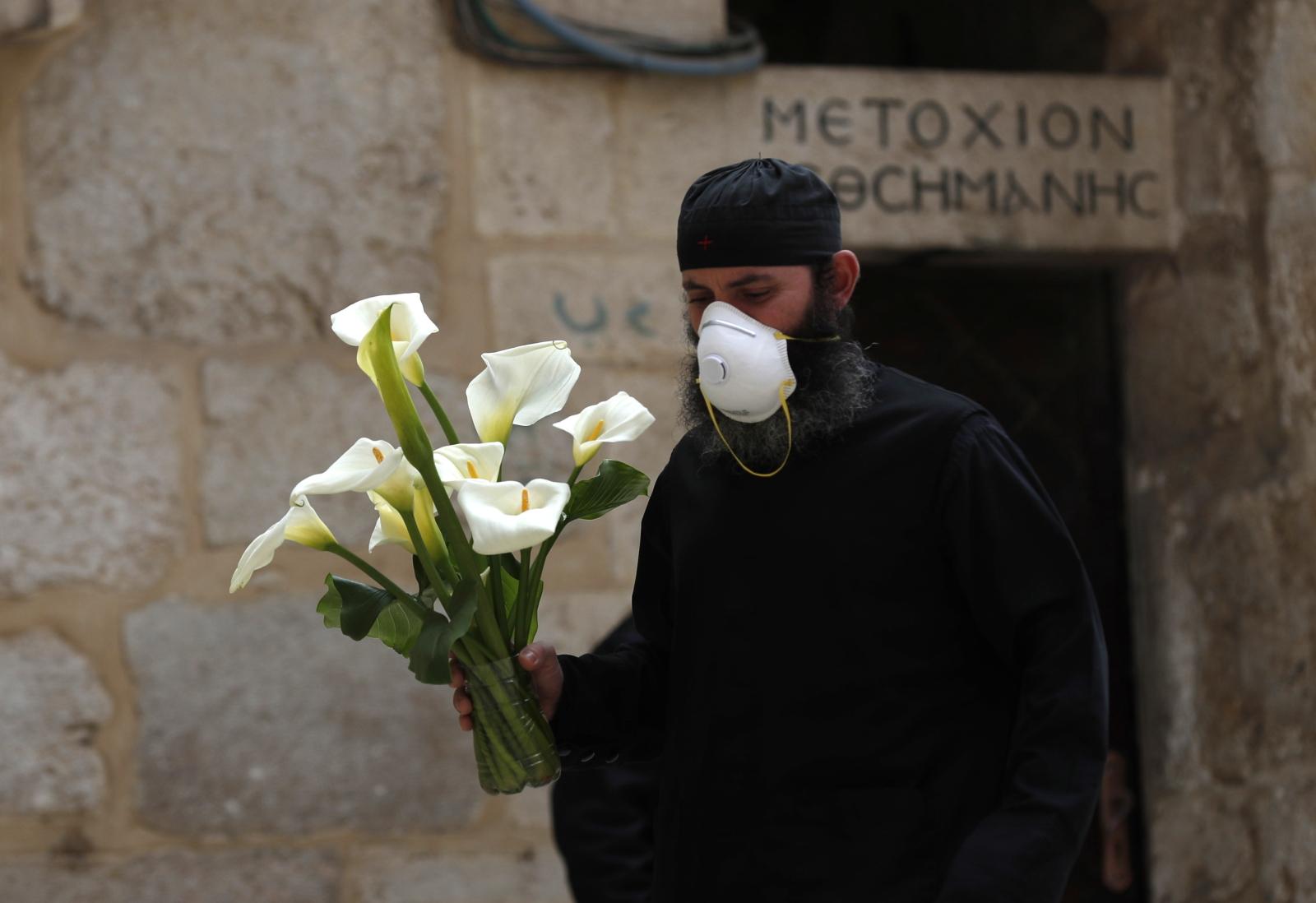 Mnich przygotowujący Bazylikę grobu Pańskiego w Jerozolimie EPA/ATEF SAFADI
