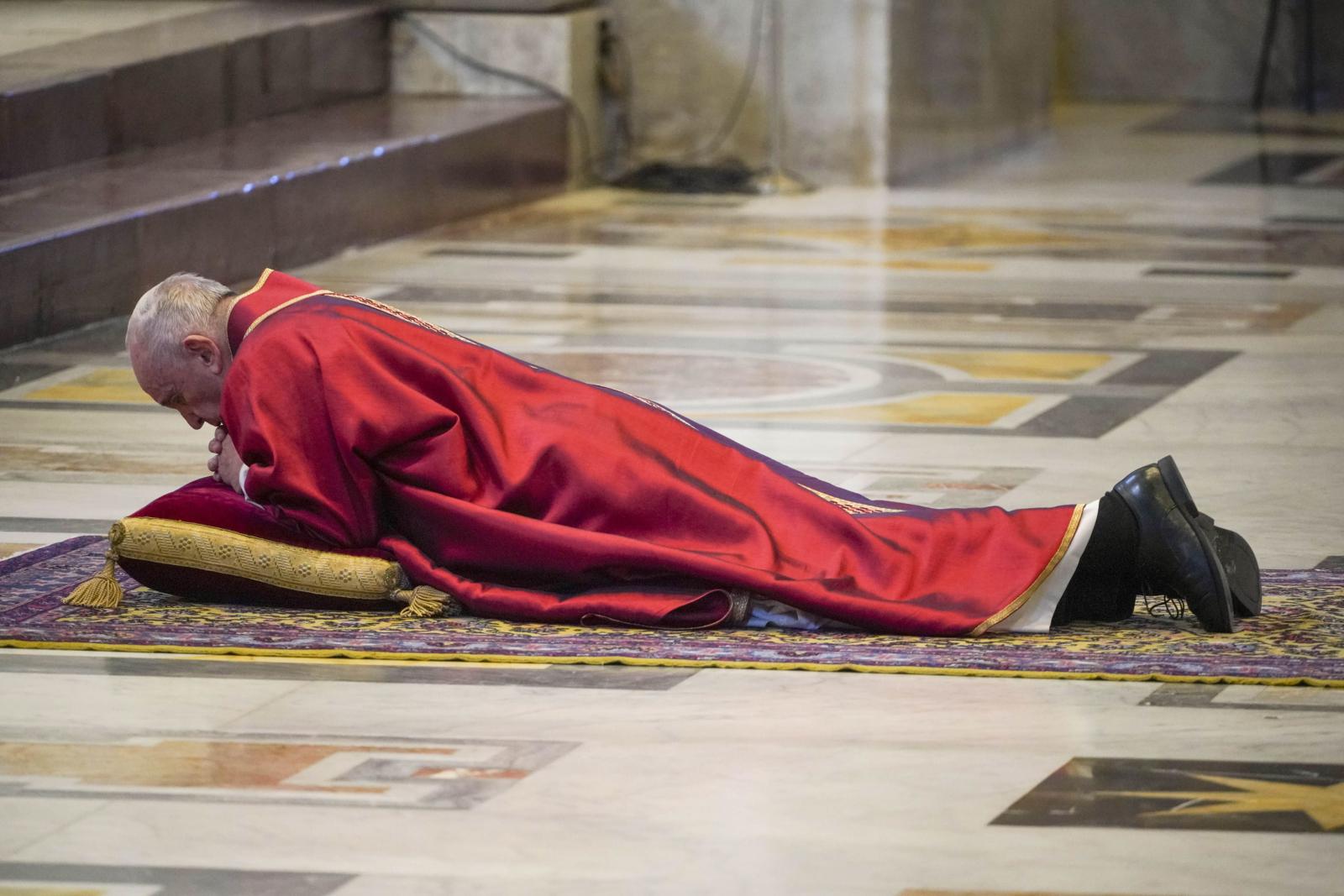 Liturgia Wielkiego Piątku w Watykanie EPA/Andrew Medichini