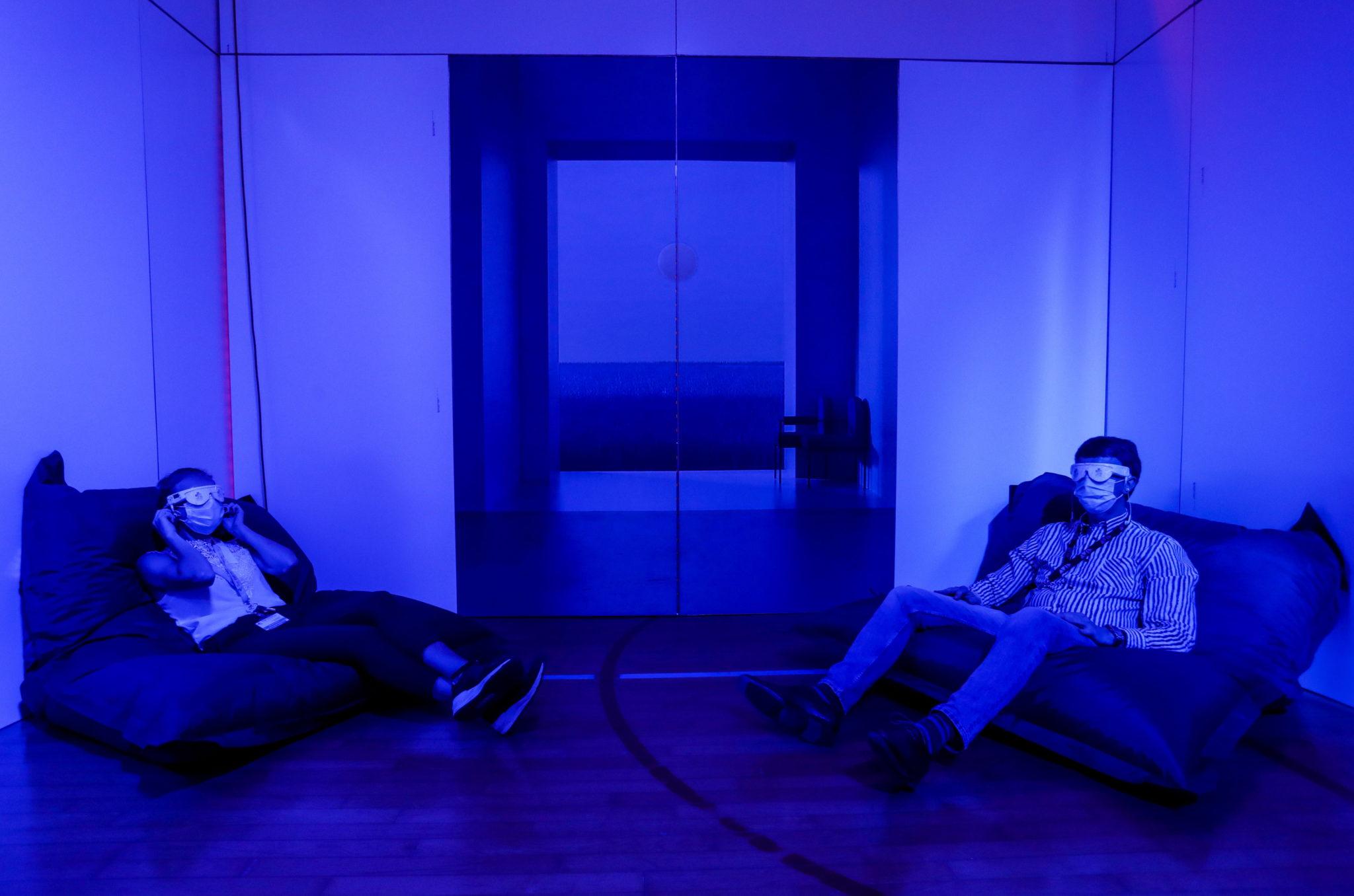 Lekarze wykorzystują przerwę na leczenie światłem w nowym centrum odnowy biologicznej utworzonym w szpitalu CHR Verviers w Verviers, Belgia. Fot. EPA/STEPHANIE LECOCQ