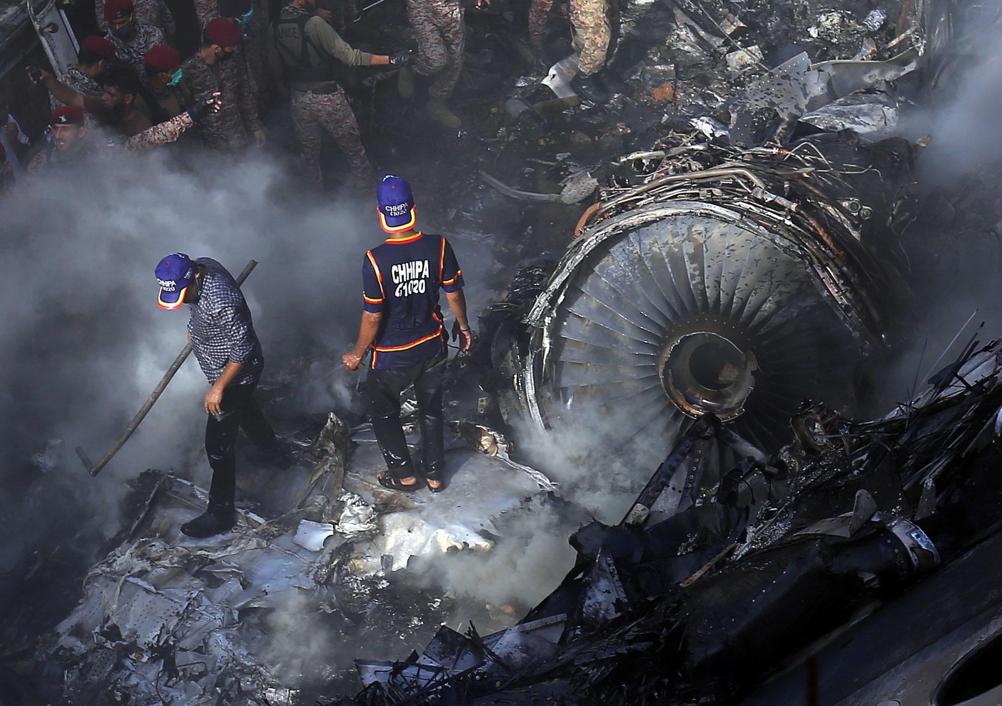 Wybuch samolotu w Karaczai. Fot. EPA/SHAHZAIB AKBER
