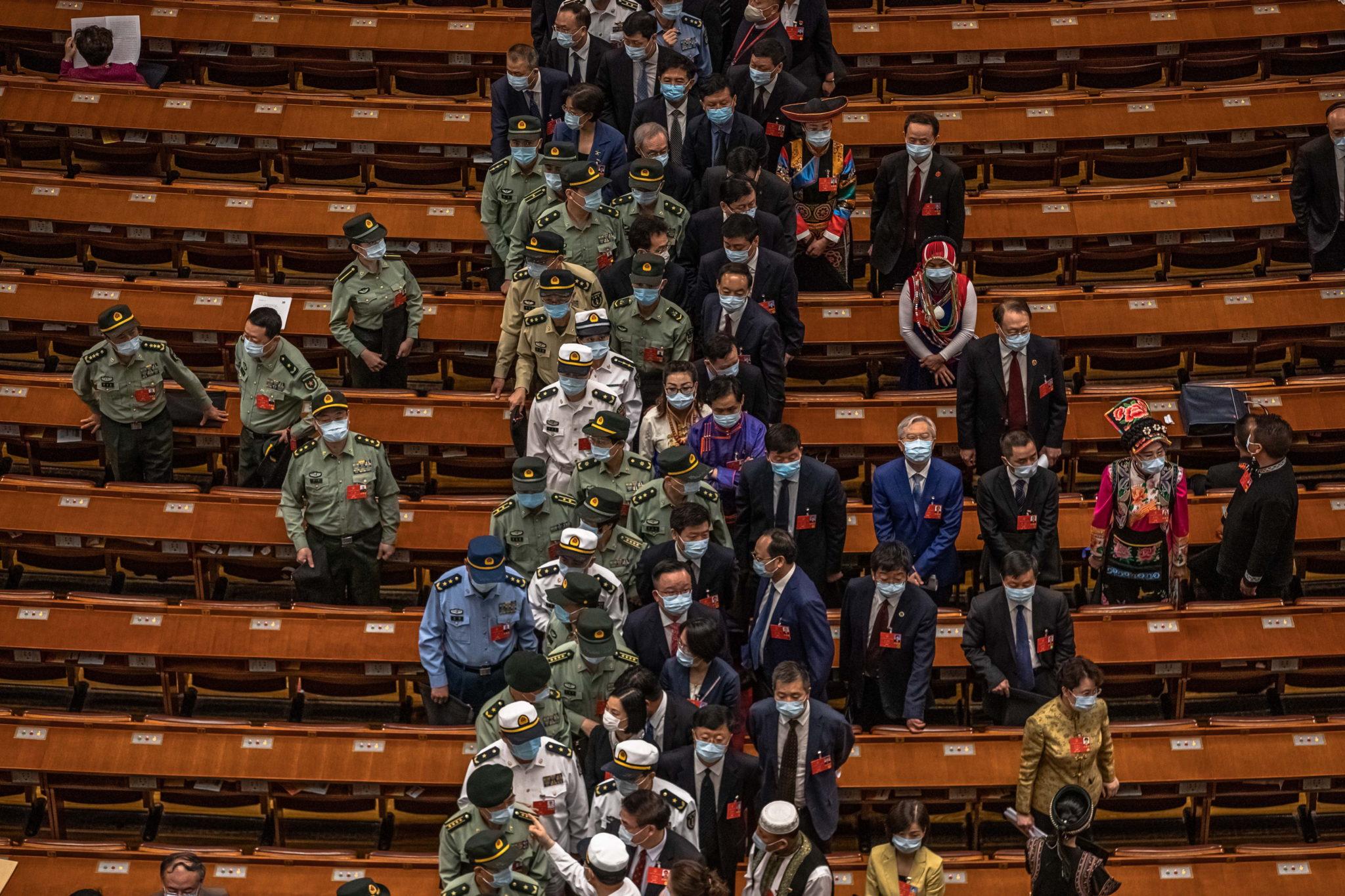 Chiny: delegaci po sesji plenarnej Narodowego Kongresu Ludowego w Wielkiej Sali Ludowej w Pekinie. To dwa główne spotkania polityczne, które pierwotnie miały się odbyć w marcu, zostały przełożone z powodu pandemii, fot.  EPA/ROMAN PILIPEY