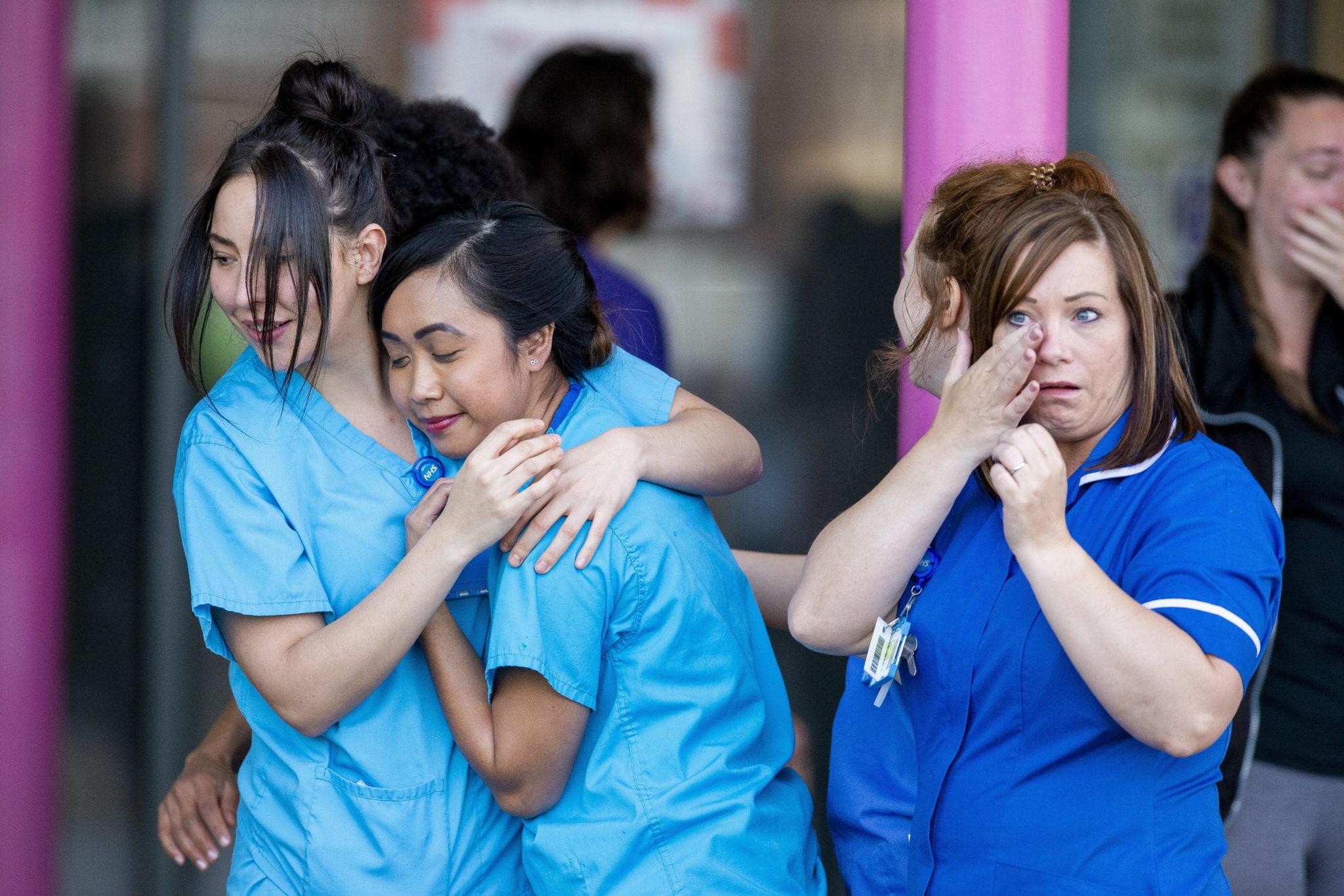 """Pracownicy brytyjskiej Narodowej Służby Zdrowia (NHS) otrzymują oklaski podczas kampanii """"Oklaski naszych Opiekunów"""", fot. EPA/PETER POWELL"""