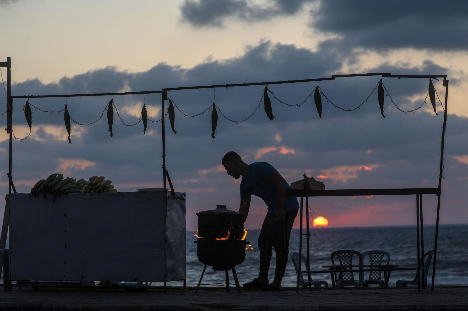 Zachód słońca w Strefie Gazy fot. EPA/MOHAMMED SABER