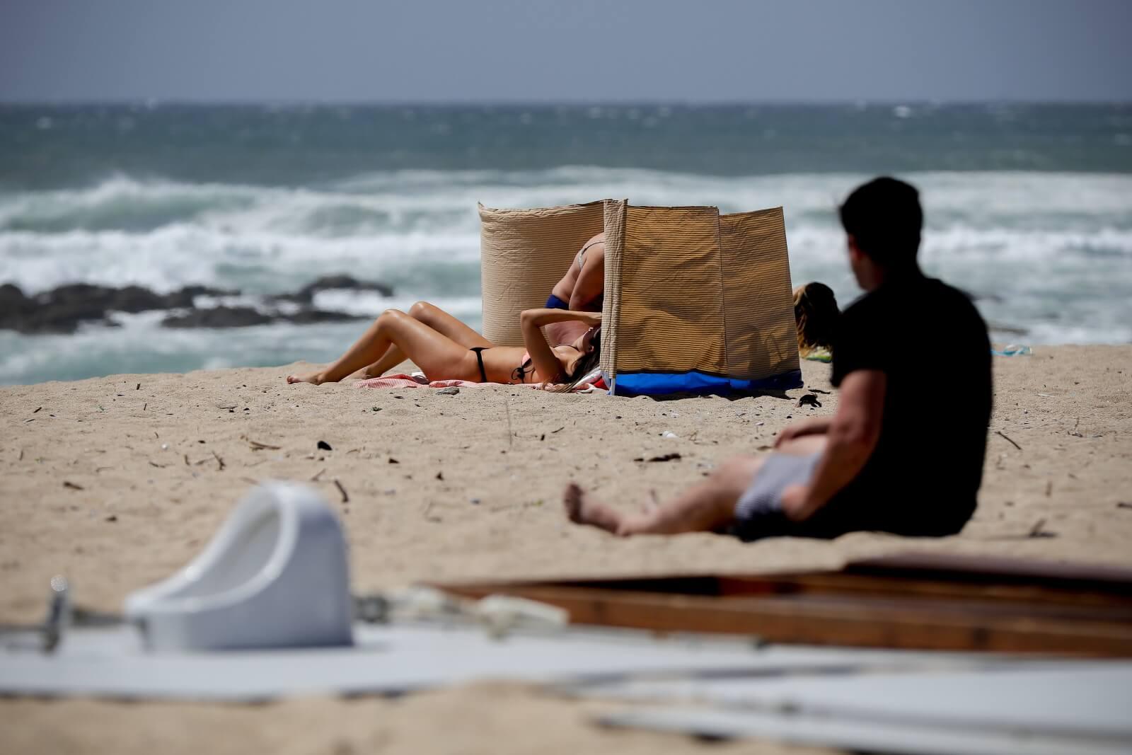 Plaże w Portugalii zapełniają się fot. EPA/MANUEL FERNANDO ARAUJO
