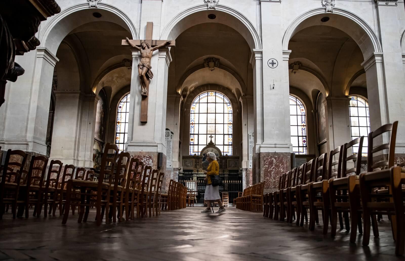 Francuzi wracają do kościołów po lockdownie fot. EPA/IAN LANGSDON