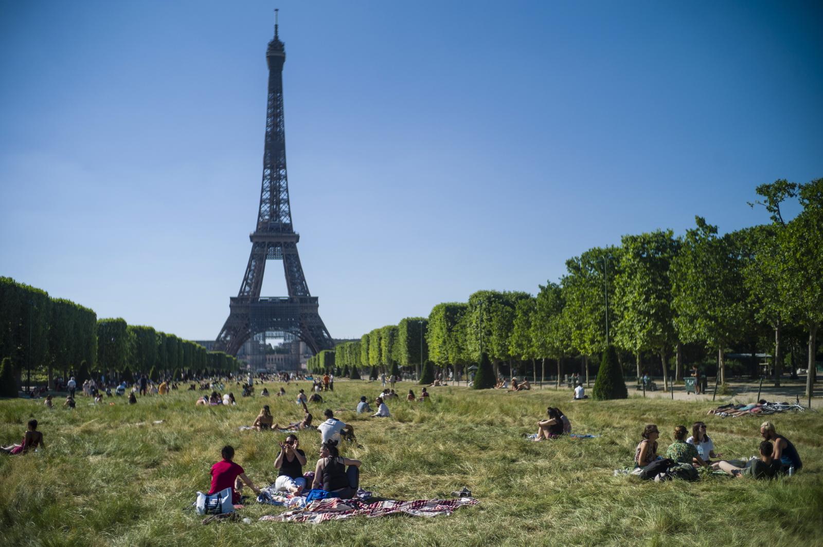 Dzień w Paryżu fot. EPA/YOAN VALAT