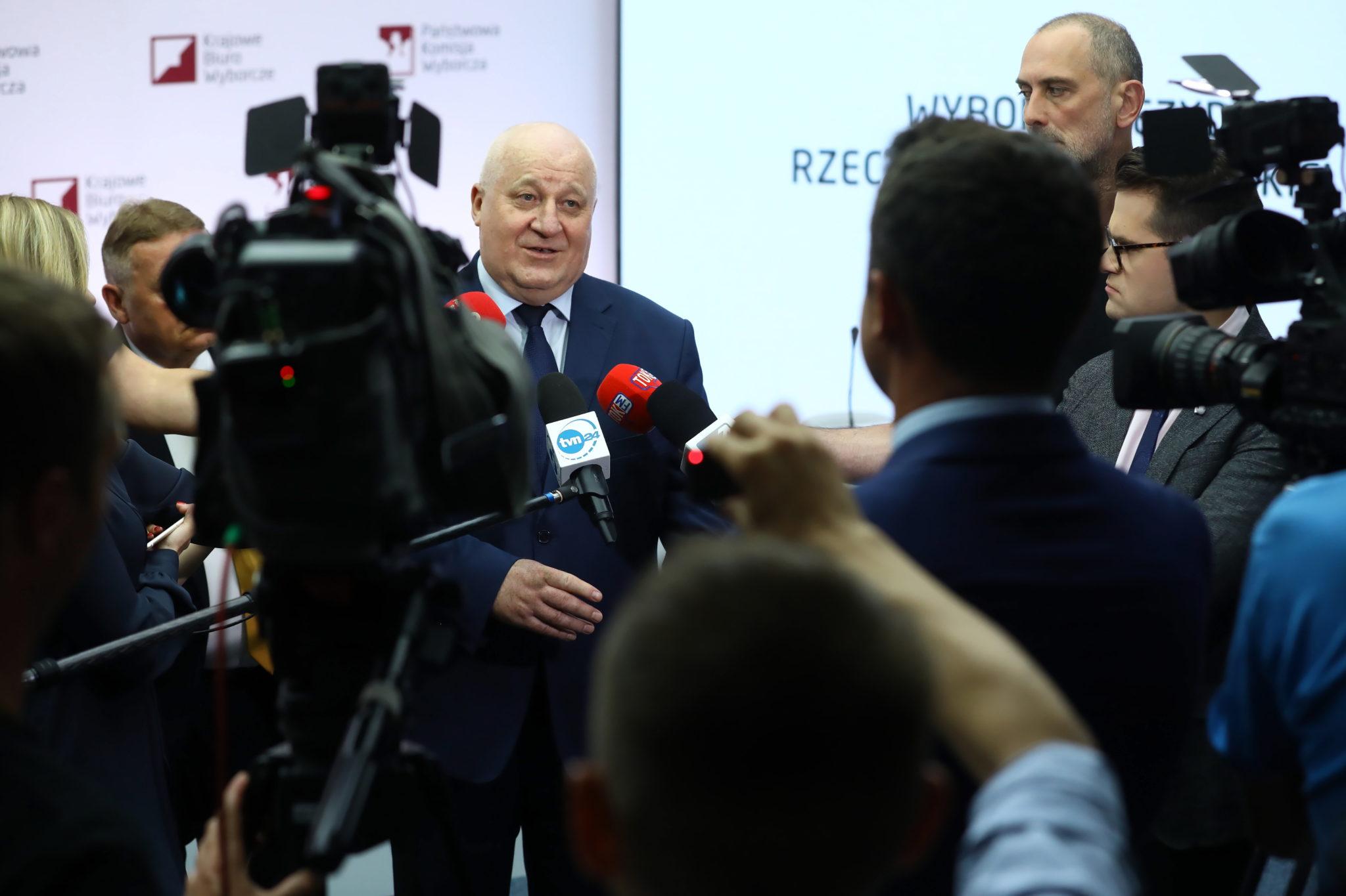 Przewodniczący Państwowej Komisji Wyborczej Sylwester Marciniak podczas wypowiedzi dla mediów w siedzibie PKW. Cały czas czekamy na pełne oficjalne wyniki wyborów, fot. PAP/Rafał Guz