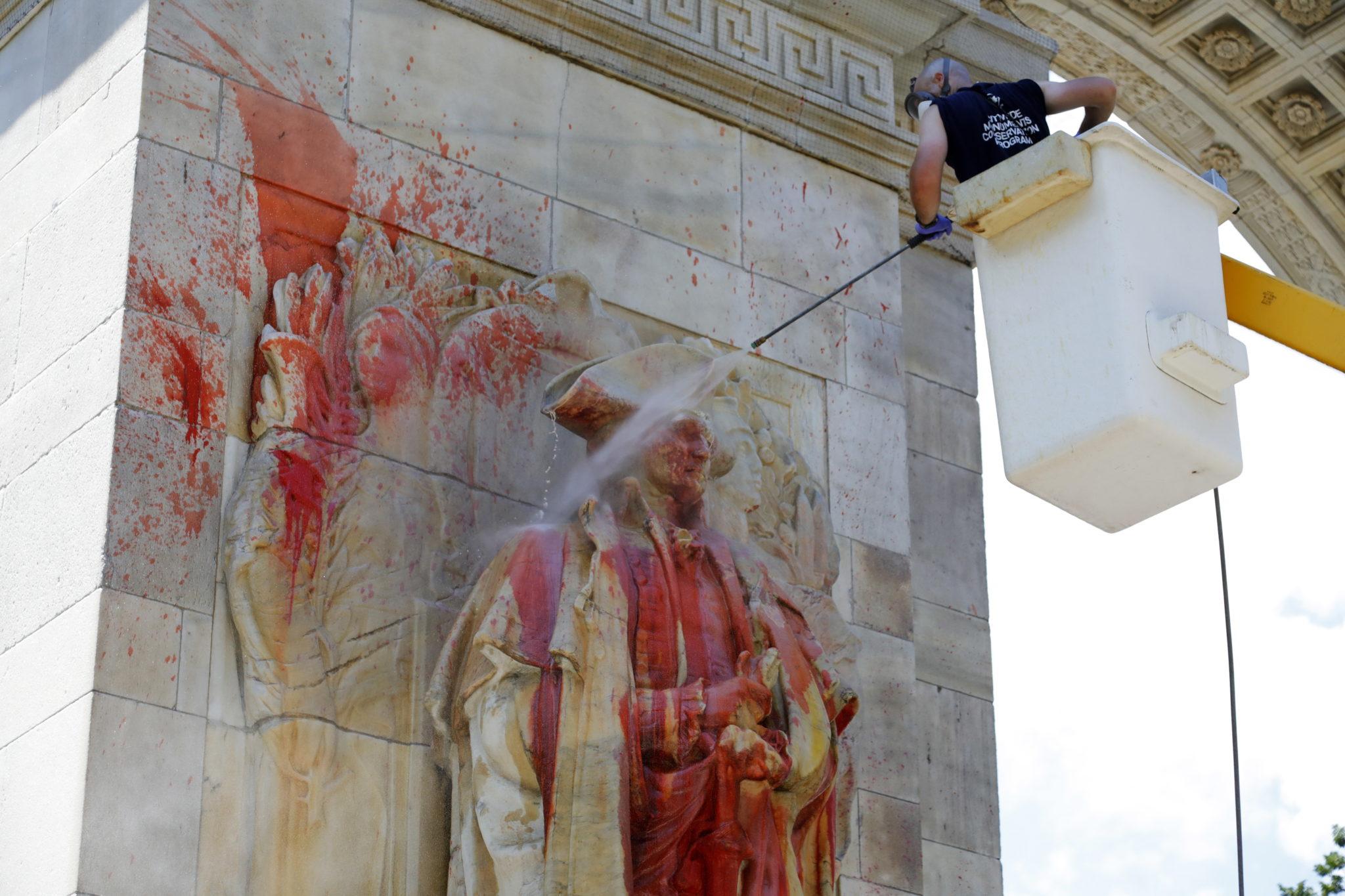 Nowy Jork: czyszczenie posągu prezydenta USA George'a Washingtona po tym, jak posąg został oblany czerwoną farbą, fot. EPA / JASON SZENEs